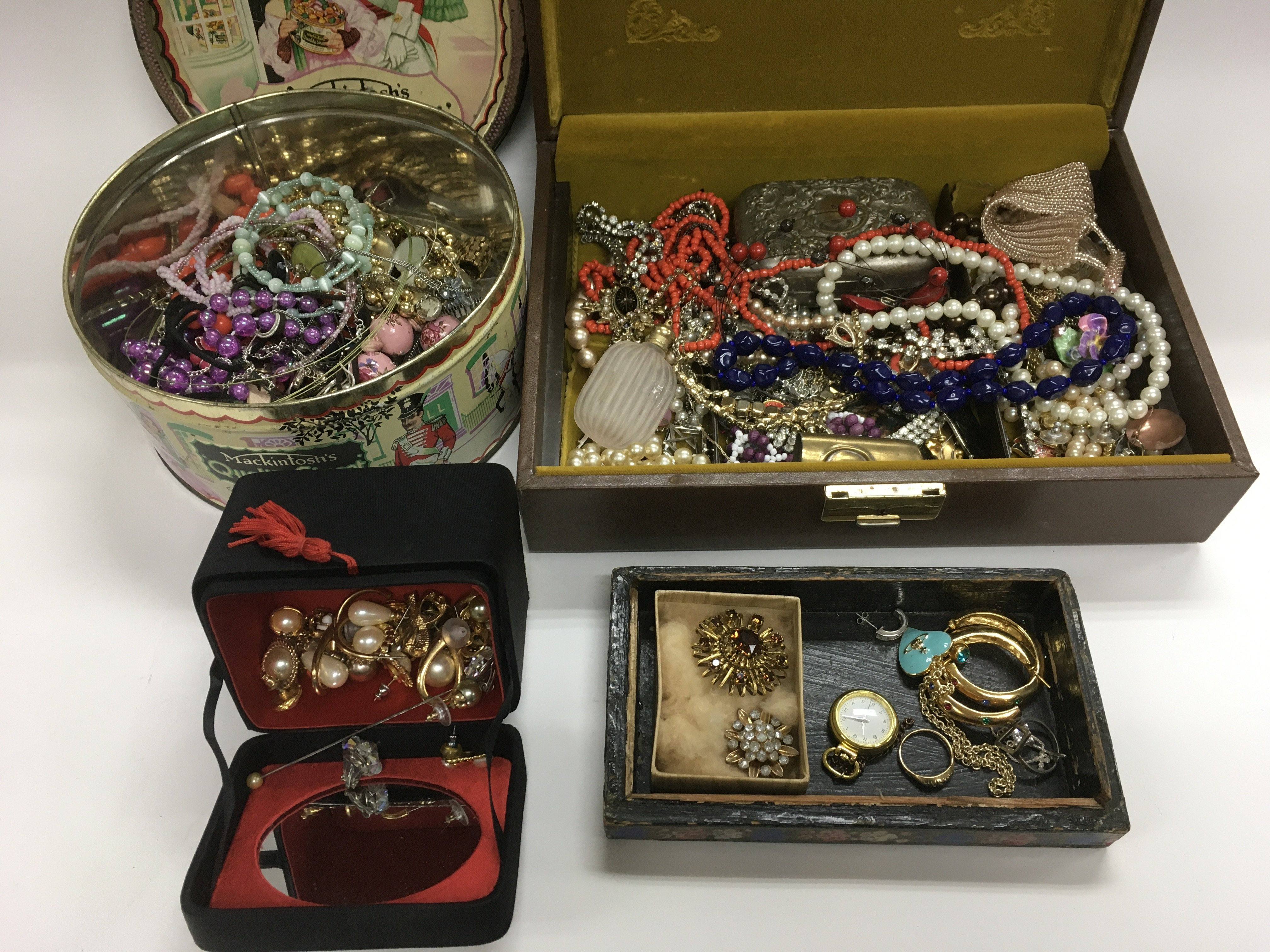Lot 29 - A collection of costume jewellery items.