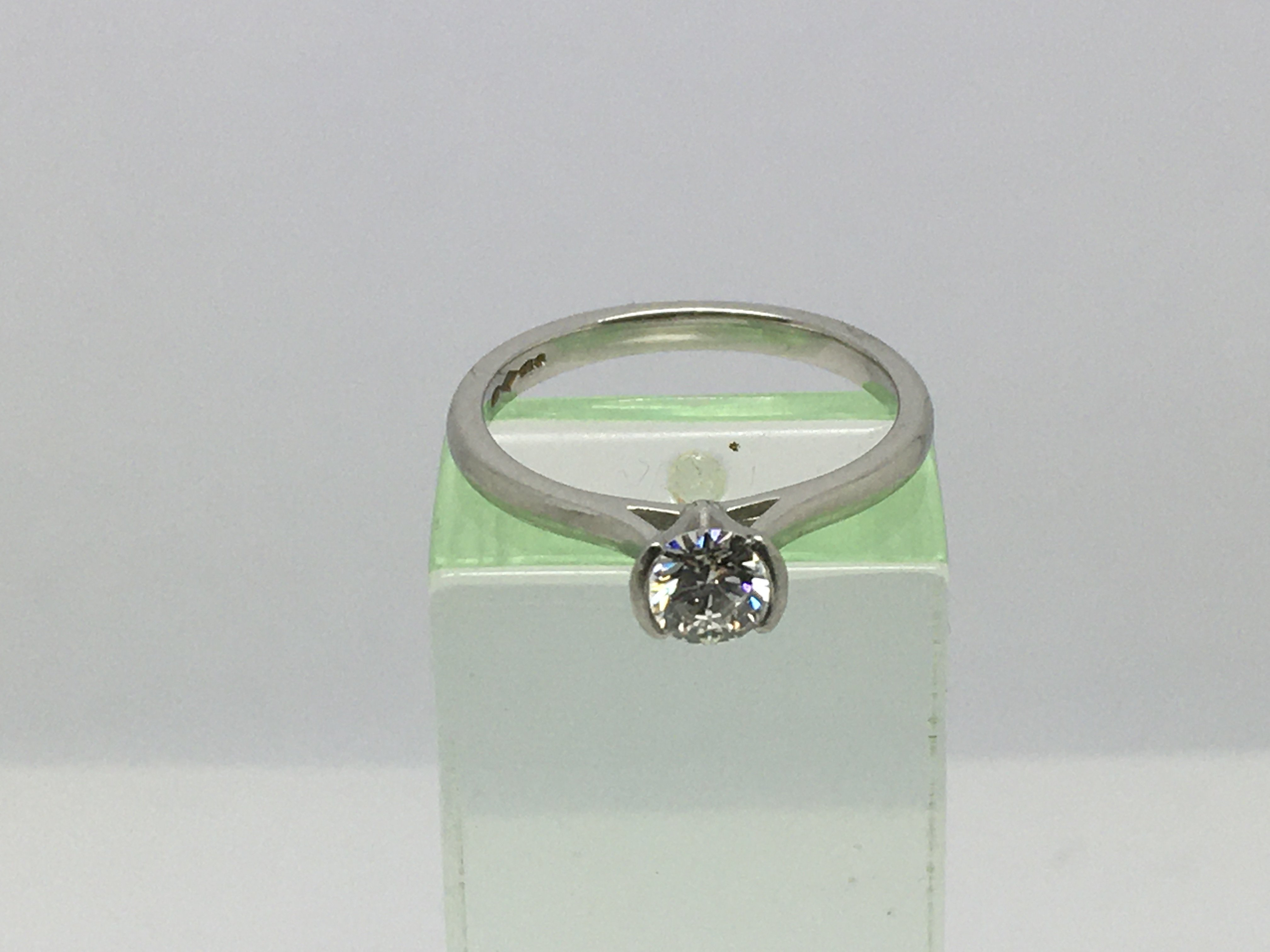 Lot 6 - A platinum solitaire diamond ring, approx 0.41ct,
