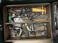 A collection of corkscrew various.