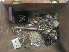 A box of silver and other jewellery.