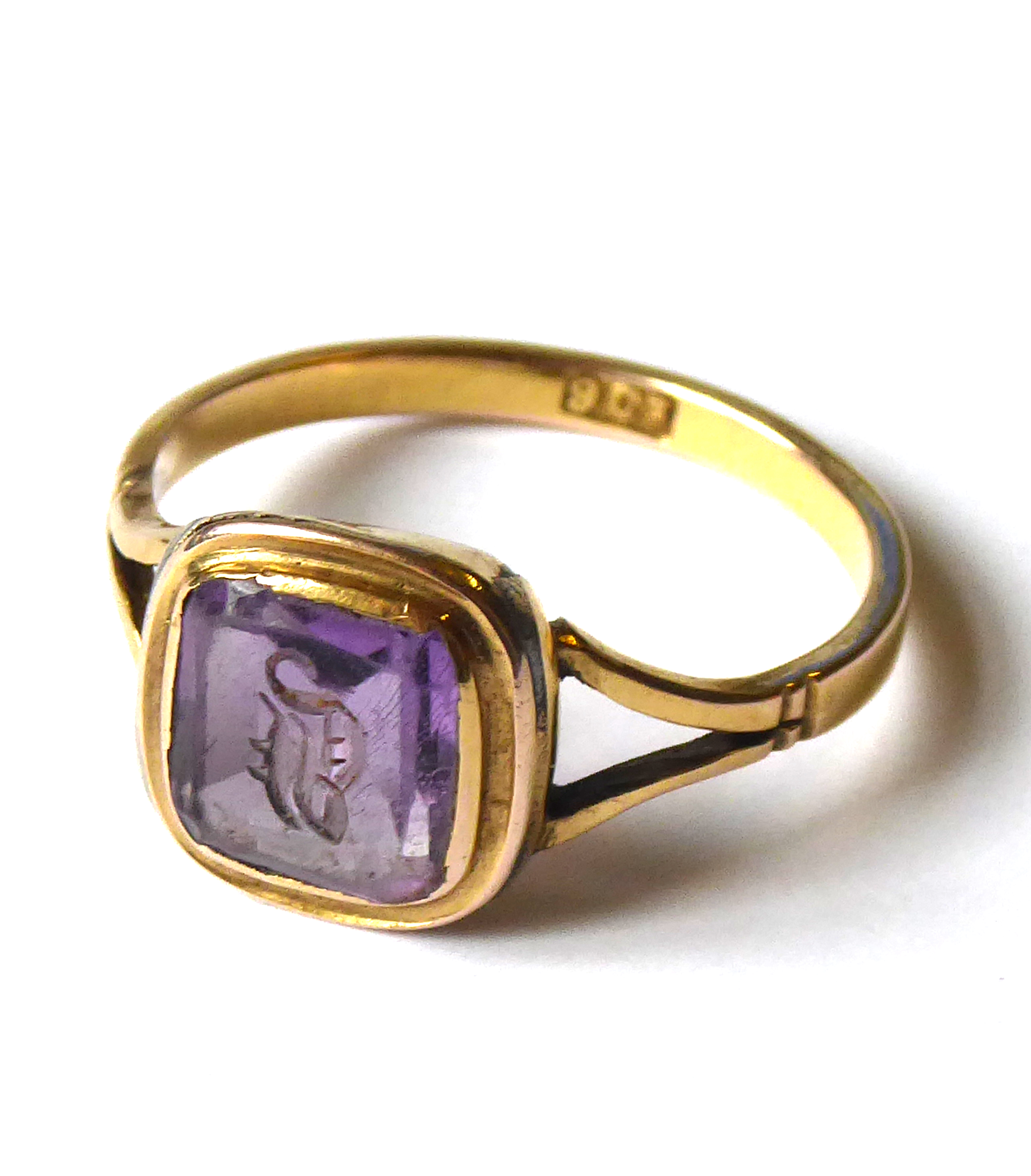 Lot 4 - A VICTORIAN 9ct GOLD AND AMETHYST INTAGLIO SIGNET RING Square form carved with a gothic monogram