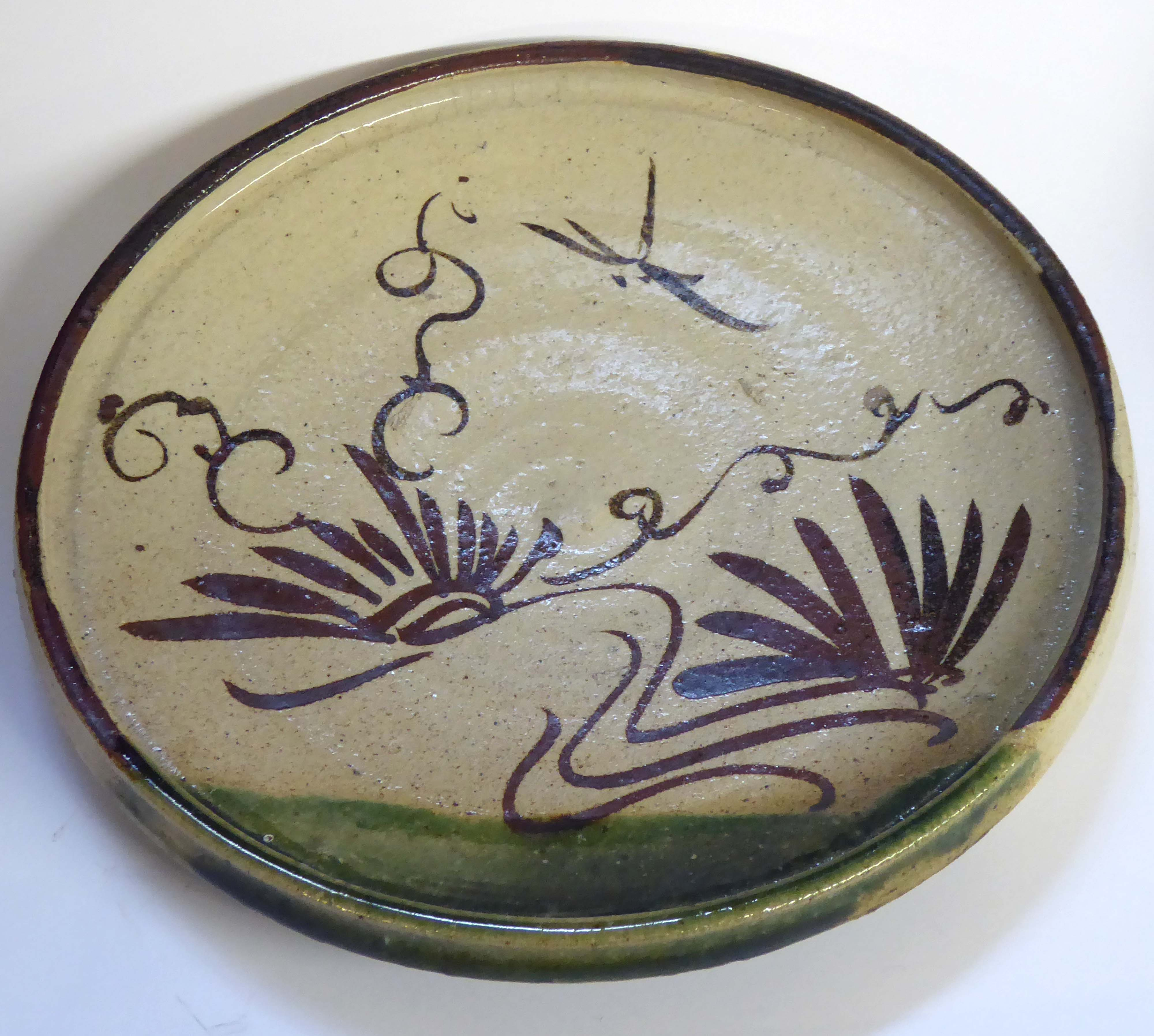 Lot 166 - A JAPANESE ORIBE POTTERY PLATE Having a shallow rim and hand painted decoration Approx 22cm