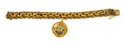 A 14CT GOLD BRACELET HUNG WITH A 14CT GOLD ROUNDEL WITH CENTRAL SAPPHIRE ENCRUSTED SWAN. (19cm,