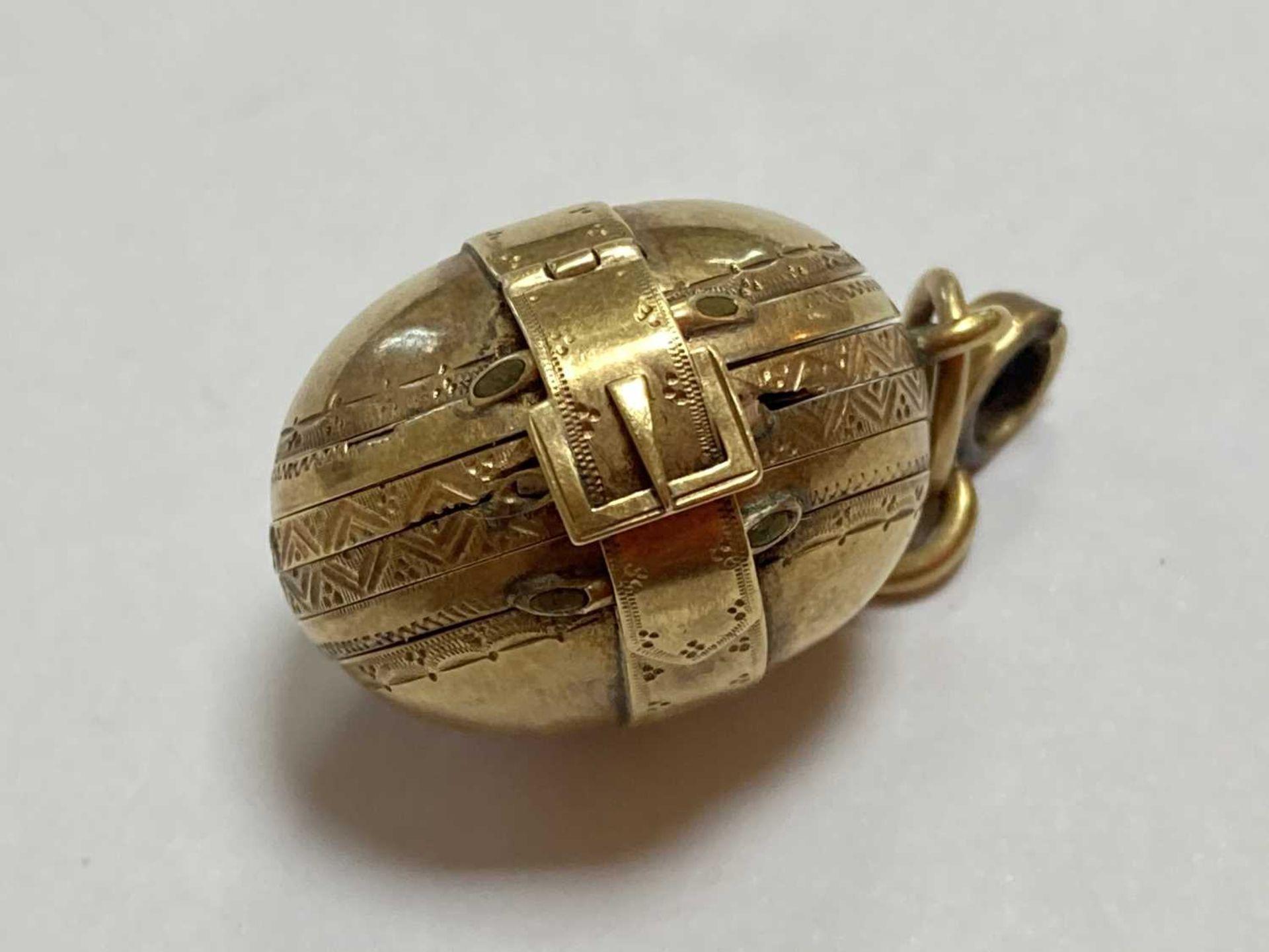 A gold egg form multi-photo 'family' locket, - Bild 8 aus 13