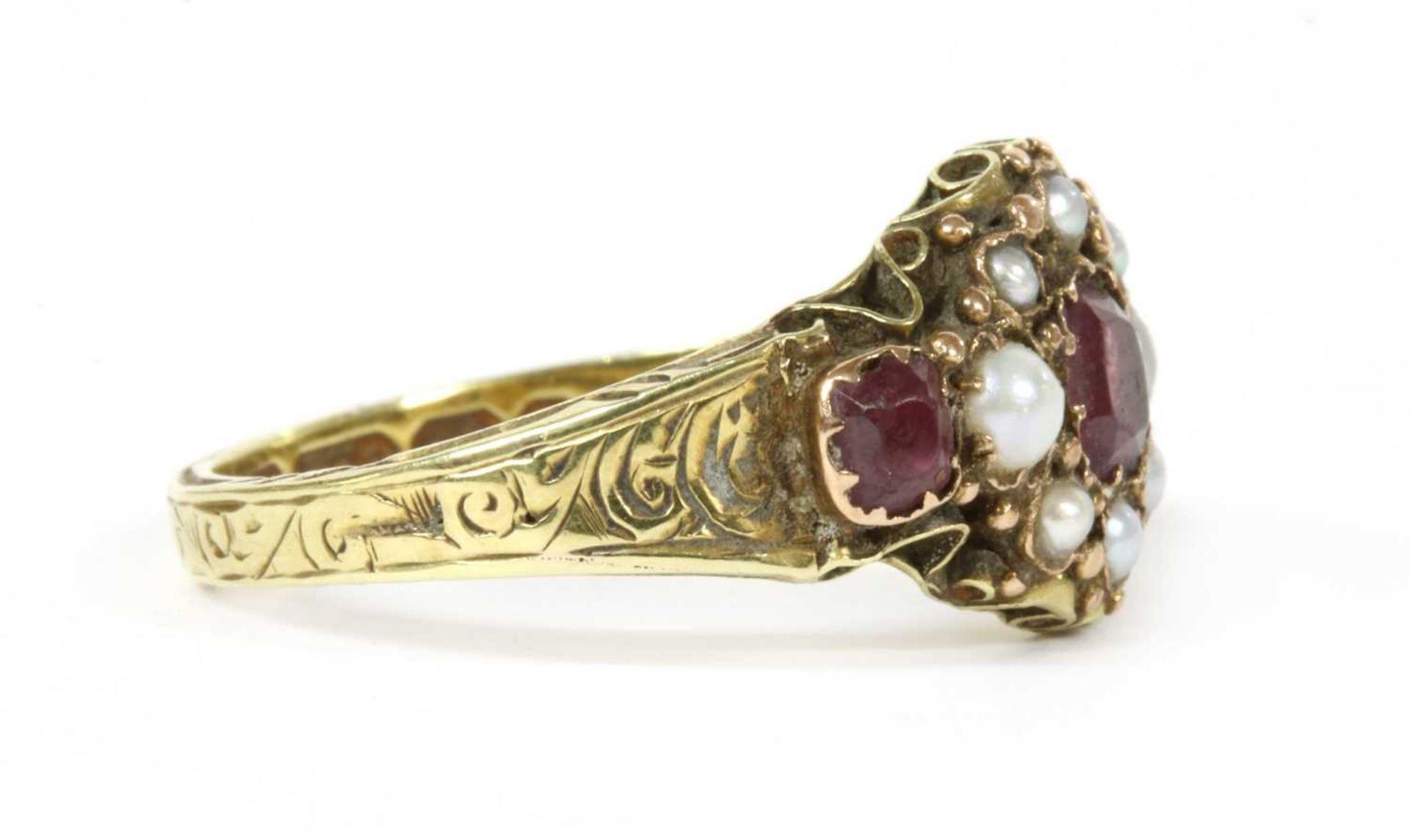 A Victorian 15ct gold garnet and split pearl cluster ring, - Bild 3 aus 3