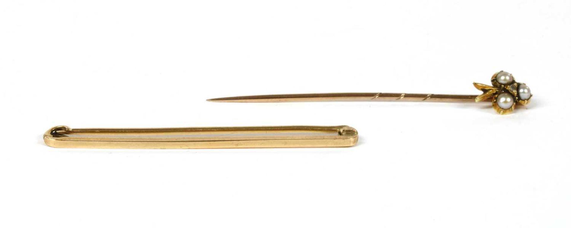 A plain gold bar brooch,