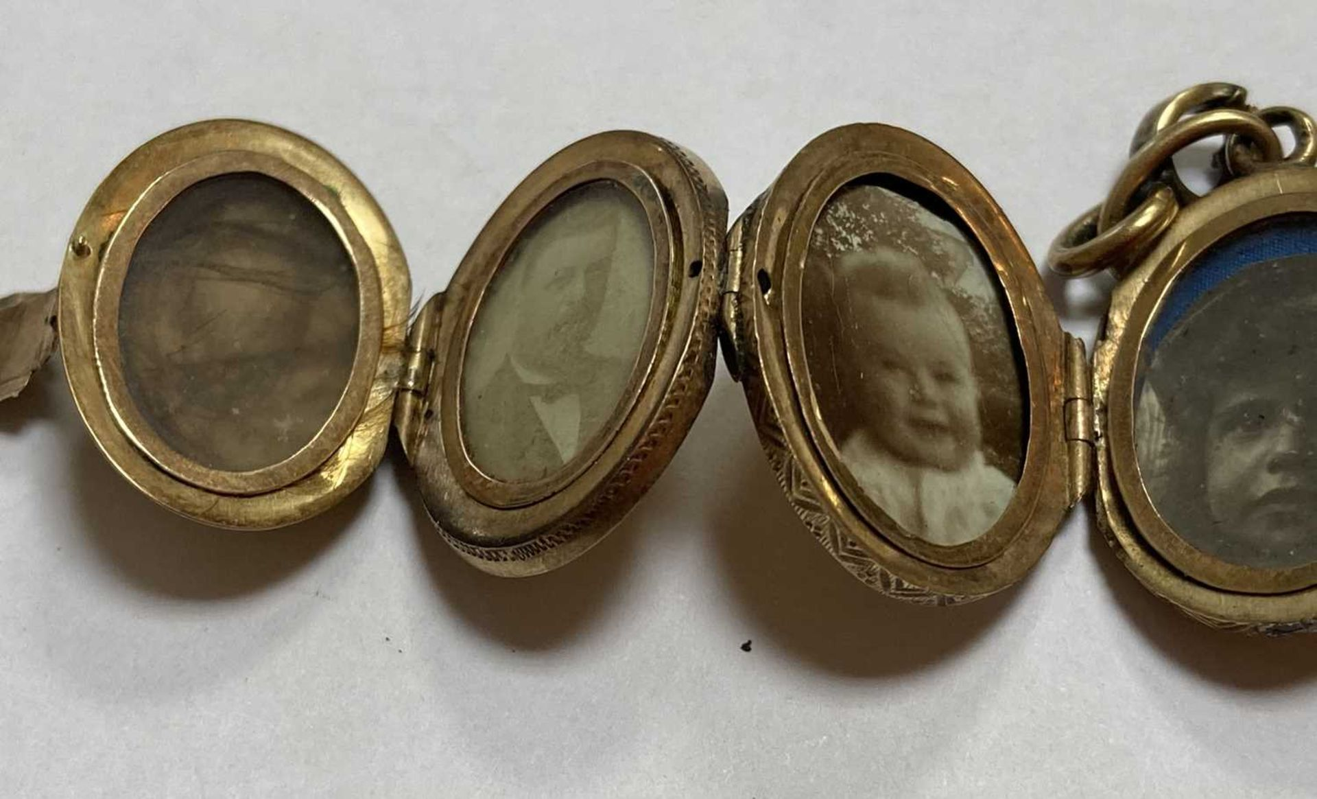 A gold egg form multi-photo 'family' locket, - Bild 12 aus 13