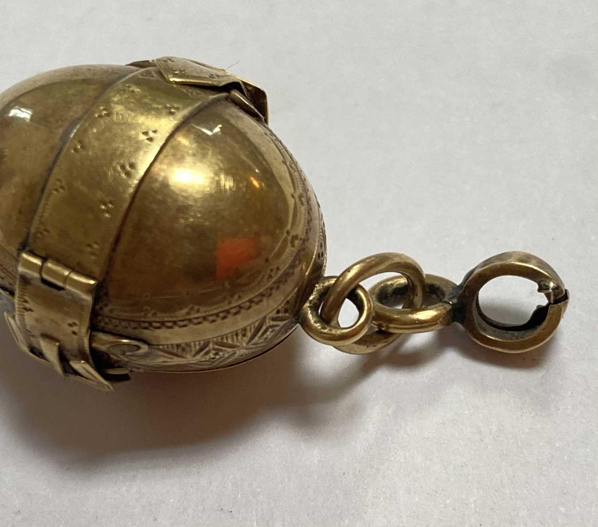 A gold egg form multi-photo 'family' locket, - Bild 5 aus 13