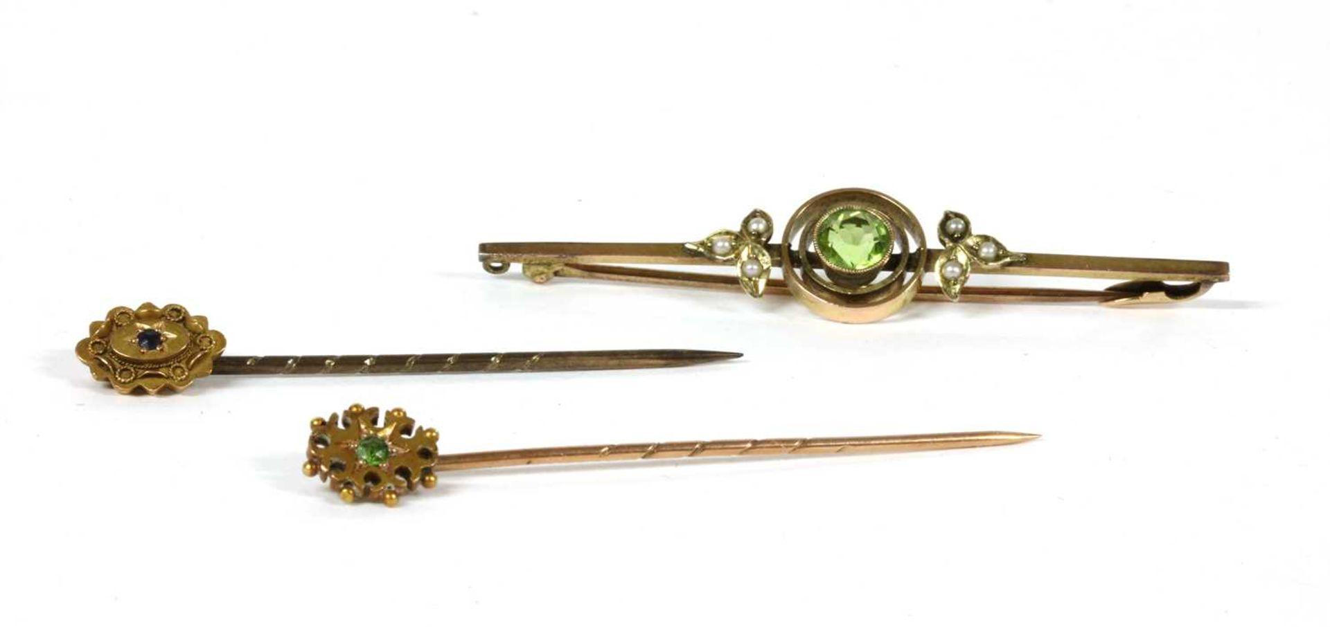 An Edwardian gold peridot and split pearl bar brooch,