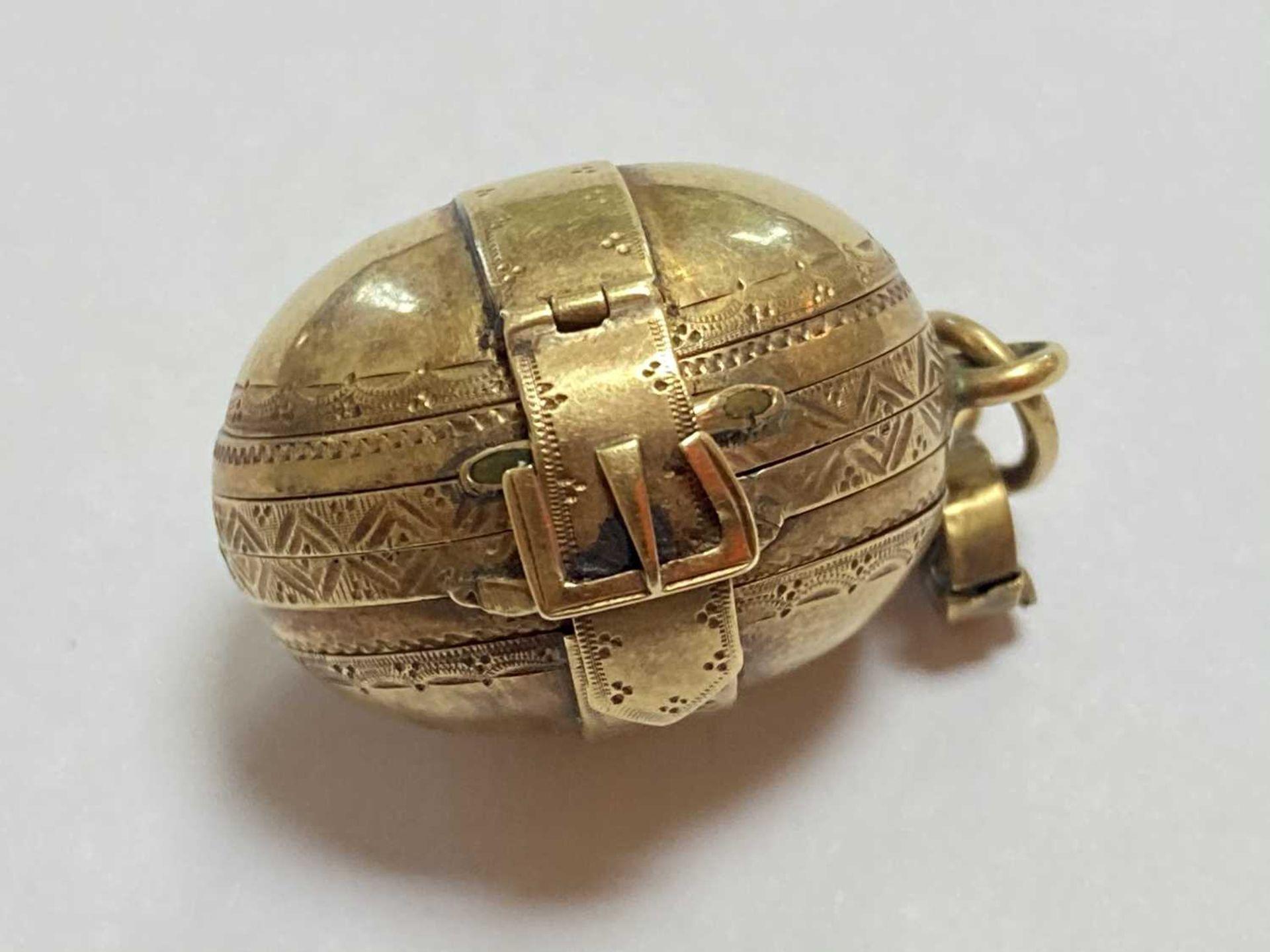 A gold egg form multi-photo 'family' locket, - Bild 6 aus 13