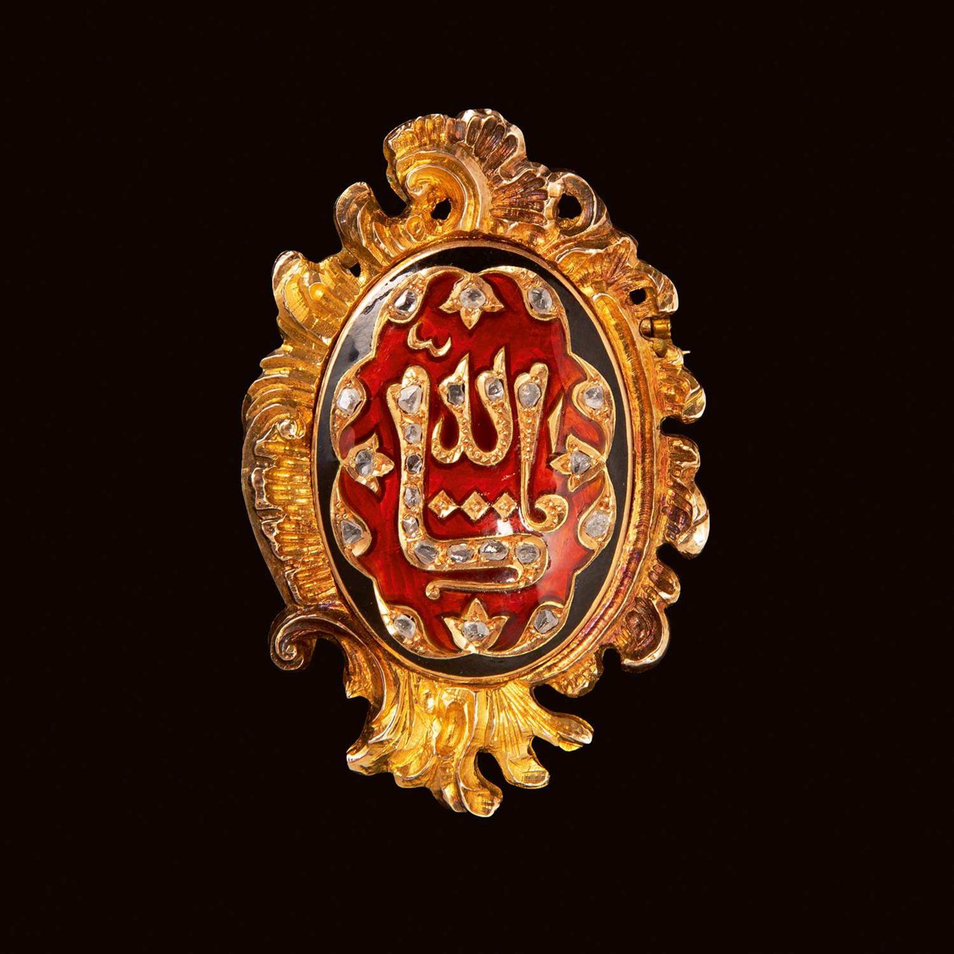 """Los 290 - BROCHE OTTOMANE en or jaune, de forme ovale, au cœur polylobé décoré de la """"Mashallah"""" sertie de"""