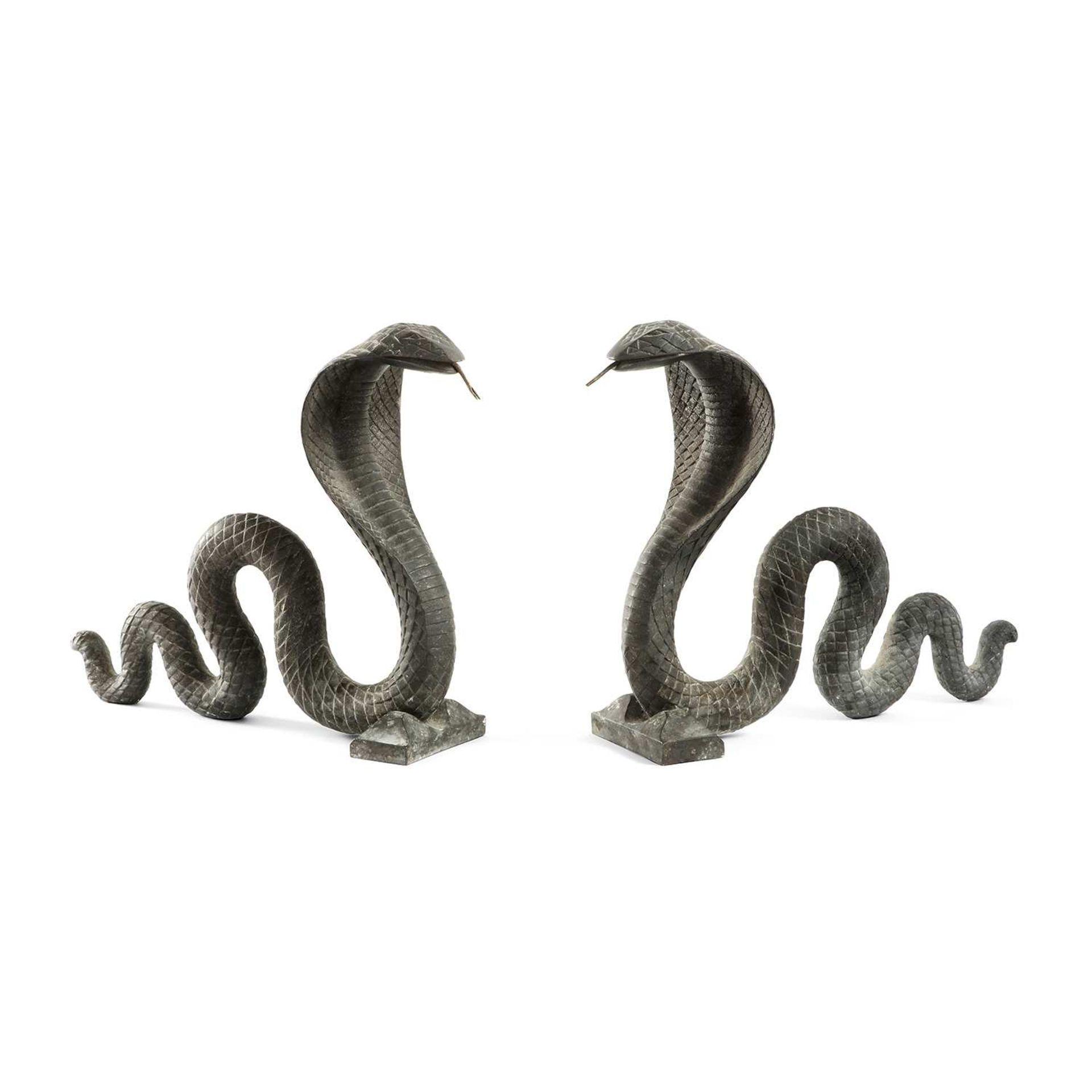 Los 46 - ANNÉES 30 Paire de chenets en bronze à patine noire représentant des cobras dressés, corps animé d'
