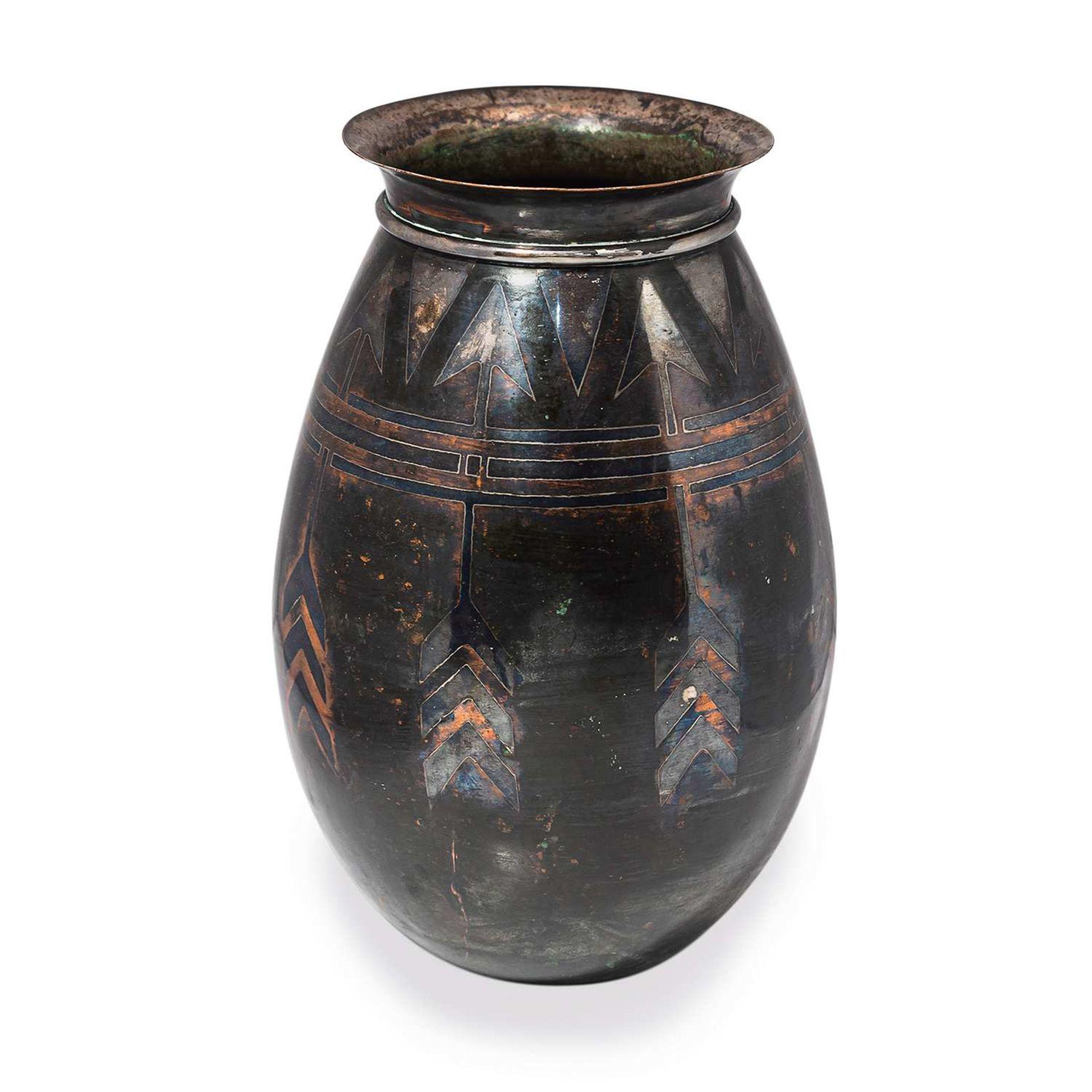Los 20 - * CHRISTOFLE (ORFÈVRE) Vase ovoïde en dinanderie de cuivre à patine noire, décor géométrique d'une