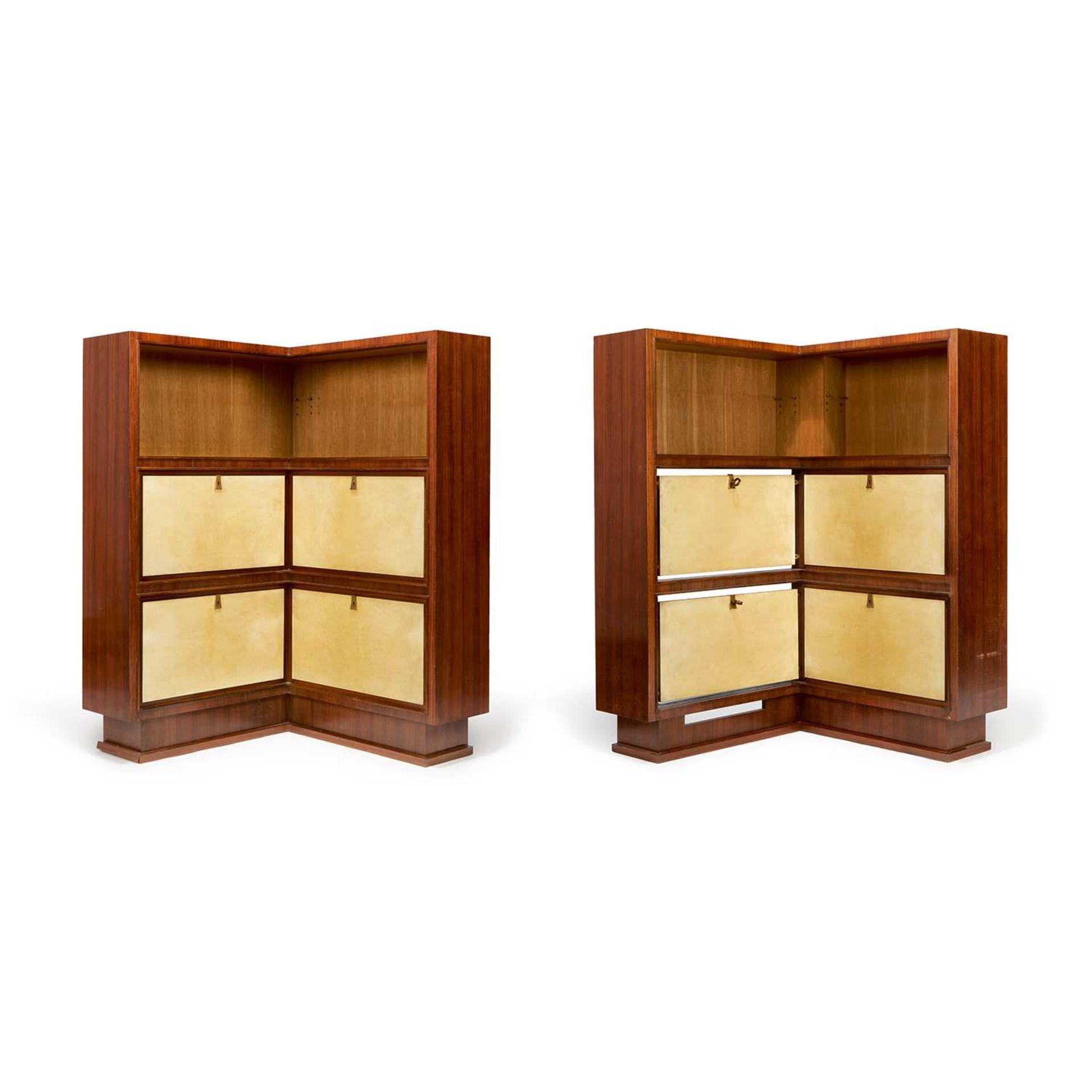 Los 54 - ~ MAXIME OLD (1910-1991) Paire d'encoignures néoclassiques en chêne et placage de palissandre, haute