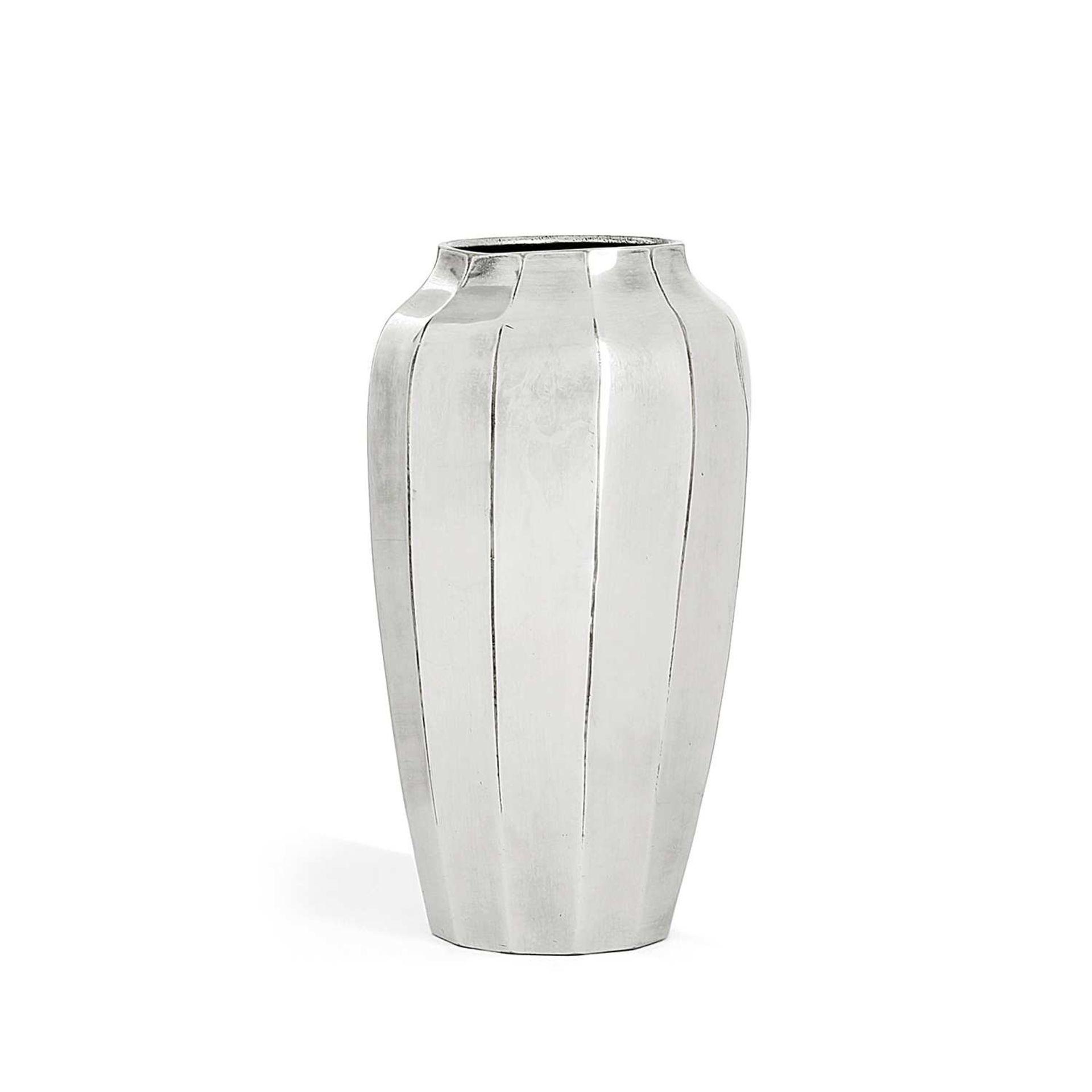 Los 43 - SAGLIER (ORFÈVRE) Vase ovoïde à pans coupés en métal argenté, épaulement galbé. Poinçon d'