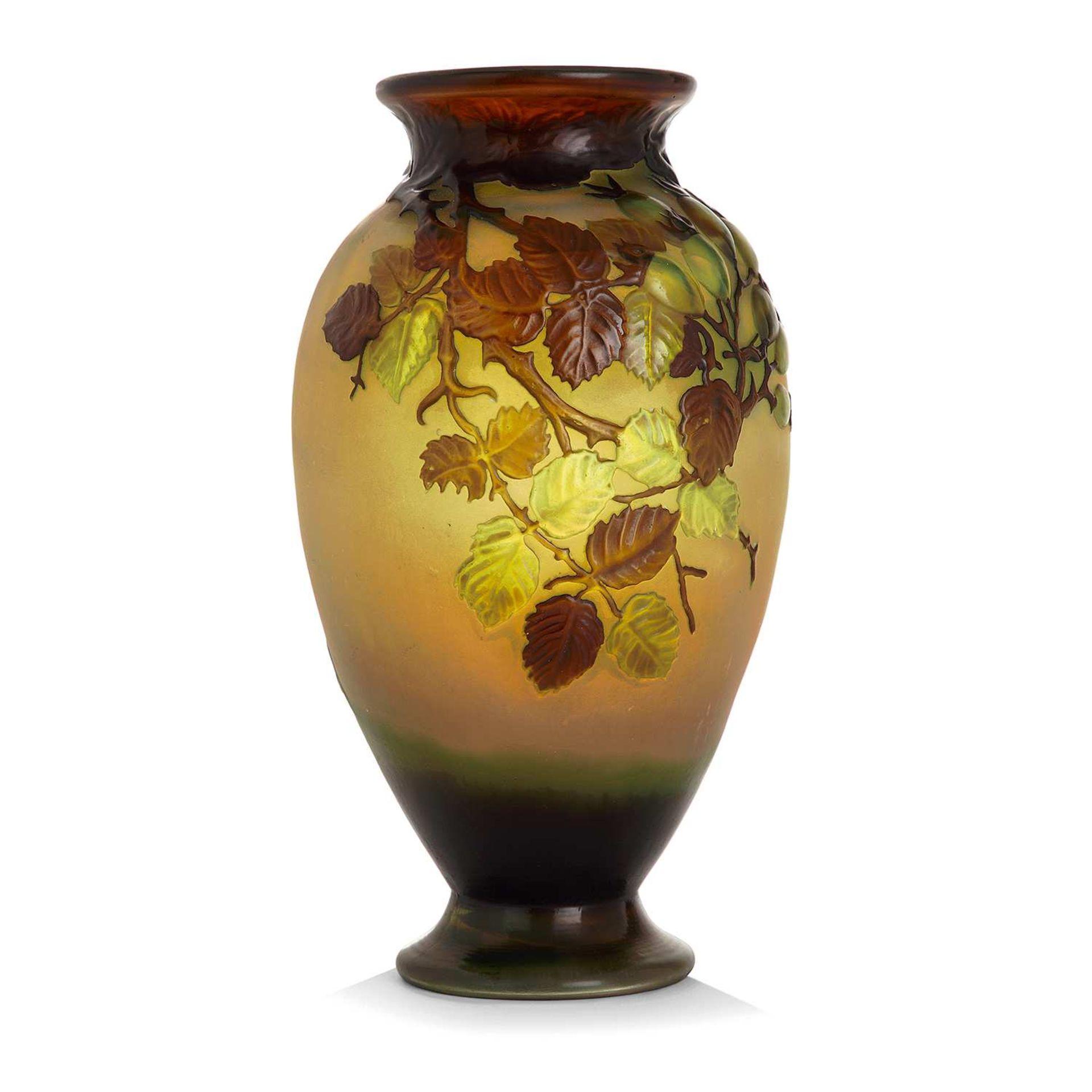 Los 4 - ÉTABLISSEMENTS GALLÉ (1904-1936) Vase ovoïde en verre multicouche brun et vert sur fond jaune à