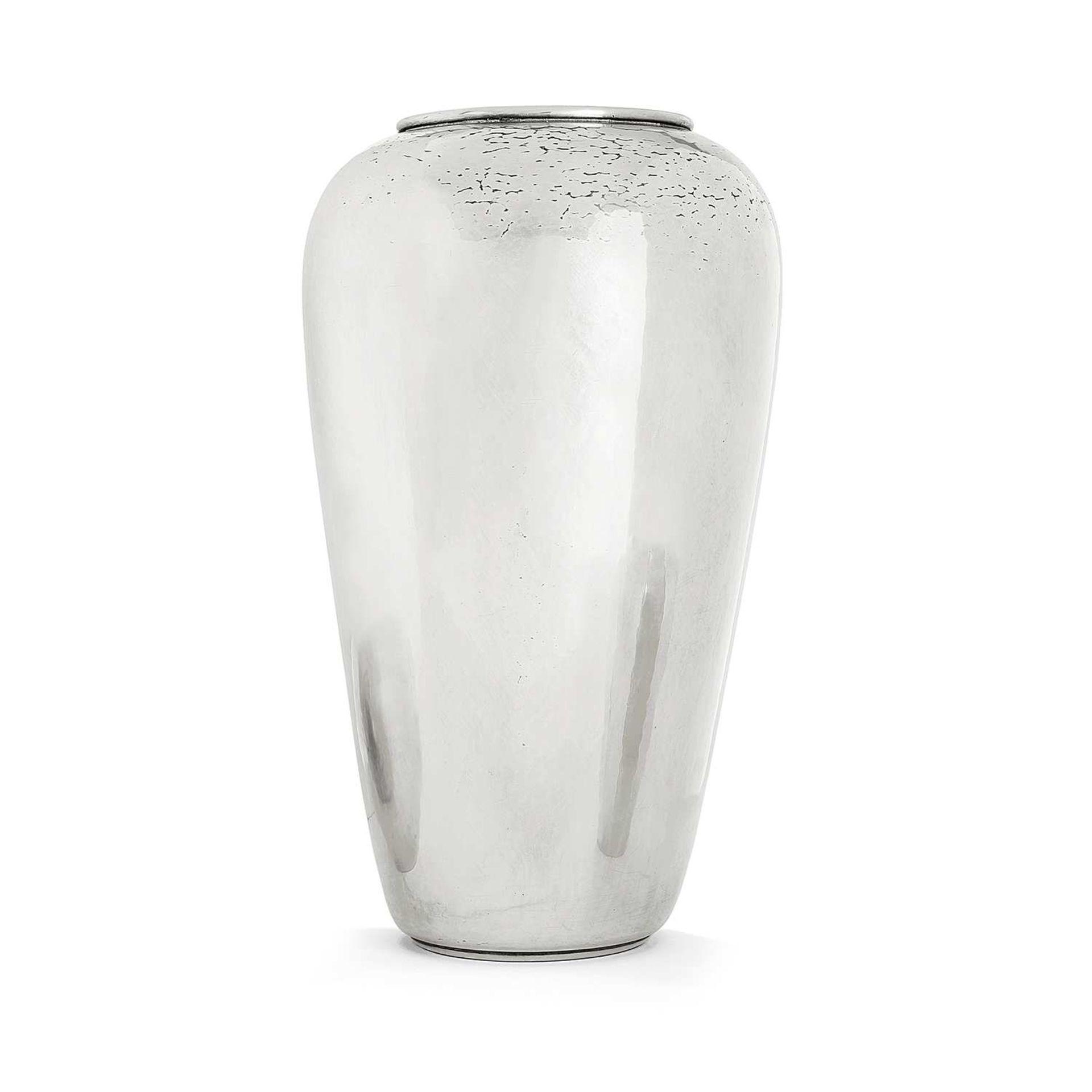 Los 42 - CHRISTOFLE (ORFÈVRE) Vase ovoïde en métal argenté, épaulement galbé, jonc ourlé soulignant l'