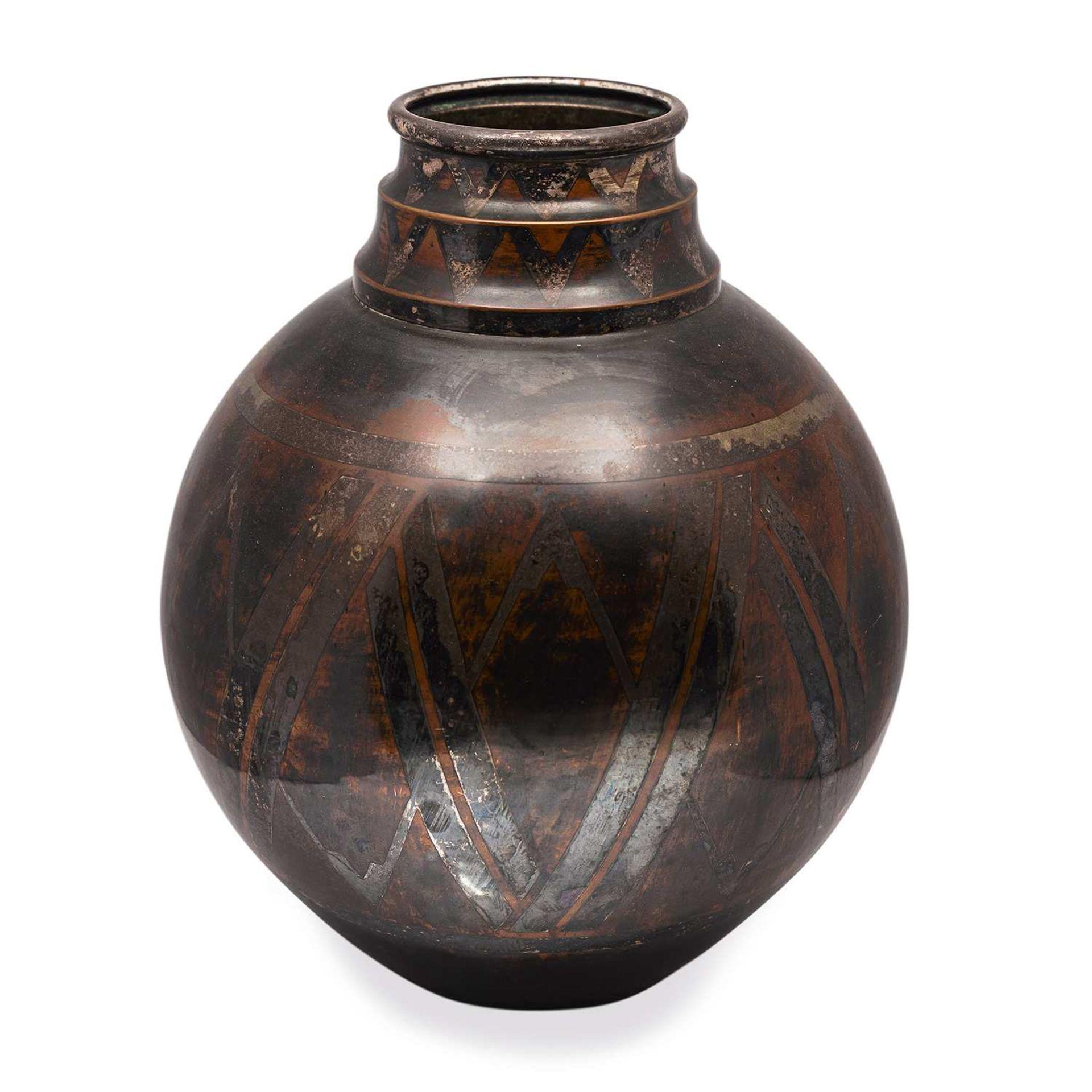 Los 21 - * CHRISTOFLE (ORFÈVRE) Vase ovoïde en dinanderie de cuivre à patine noire, col à ressauts, décor