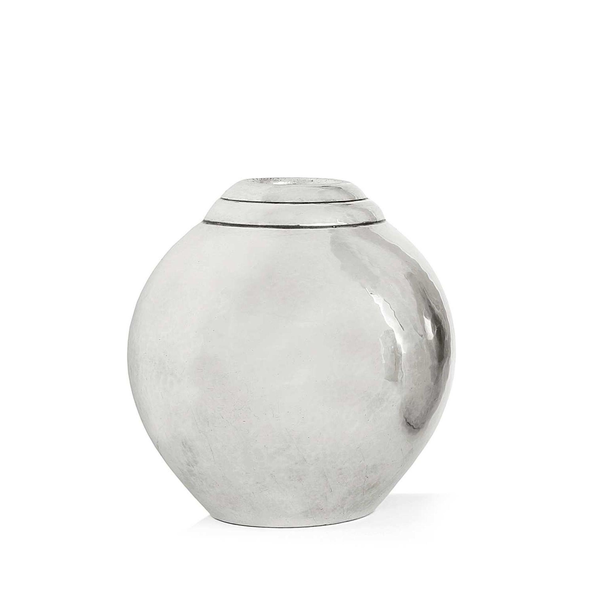Los 41 - CHRISTOFLE (ORFÈVRE) Vase ovoïde en métal argenté, ouverture soulignée de deux joncs en ressaut.