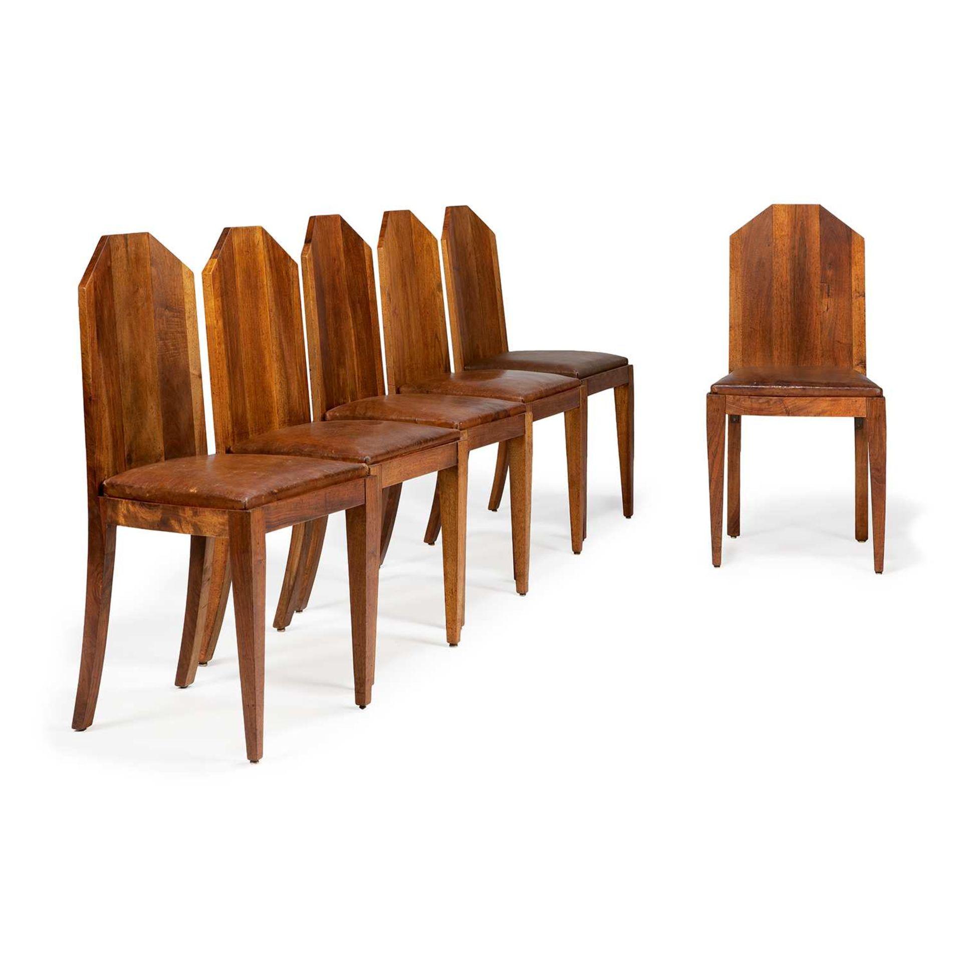 Los 49 - BLANCHE KLOTZ (1885-?) Suite de six chaises modernistes en noyer teinté, piétement gaine à l'avant