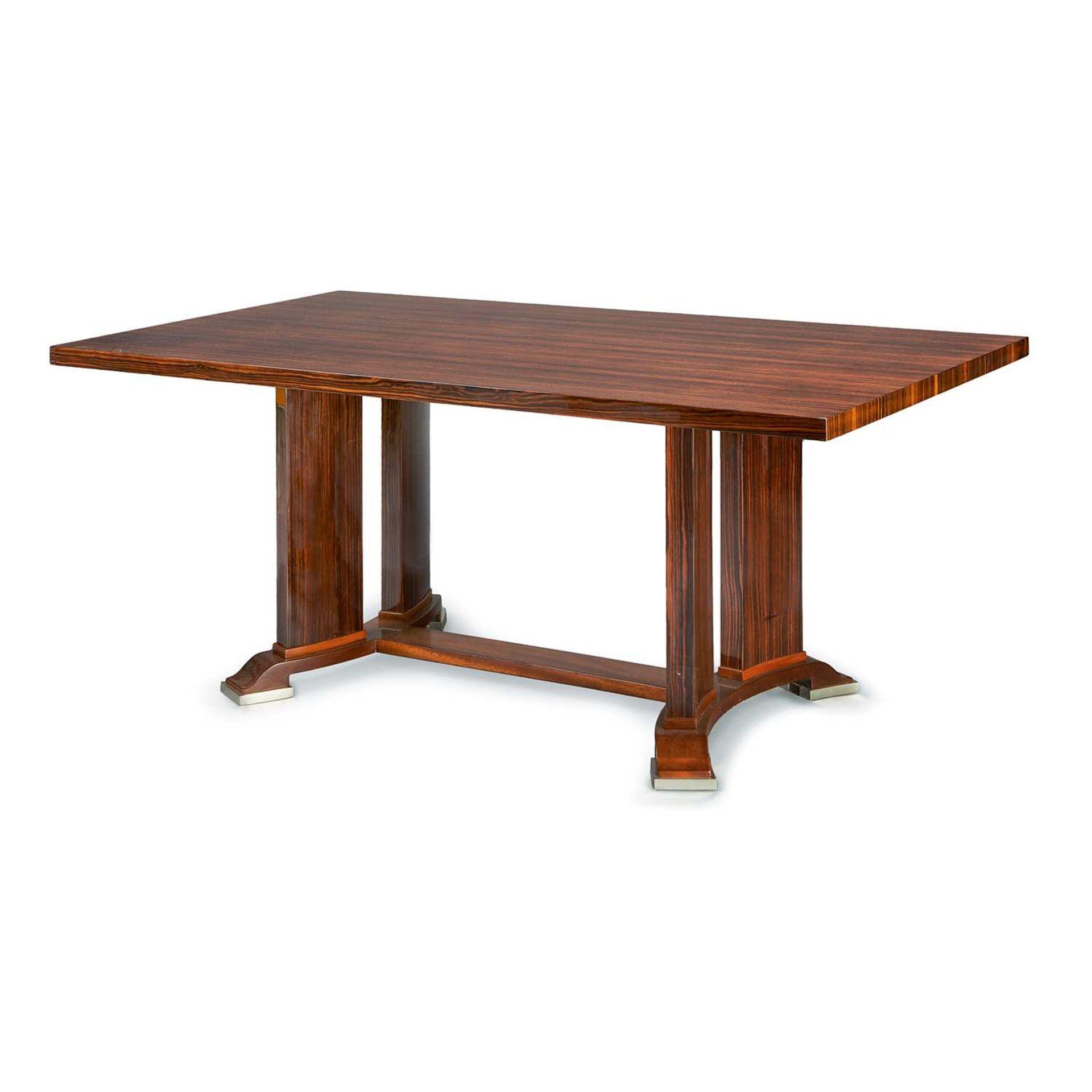 Los 22 - JULES LELEU (1883-1961) Table de salle à manger en noyer teinté et placage d'ébène de Macassar,