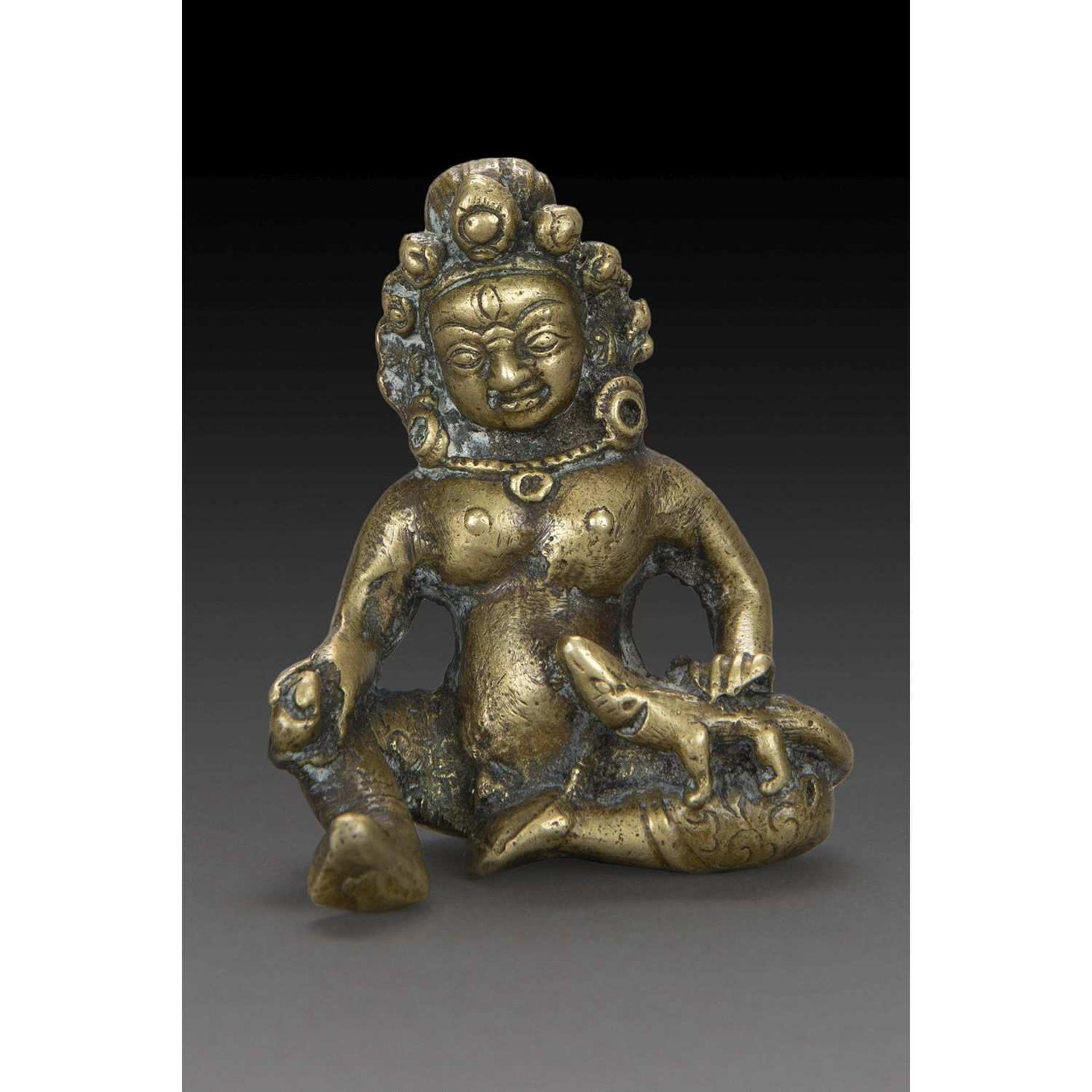 PETITE STATUETTE DE KUBERA en bronze, représenté assis en délassement, sa mangouste sur le genou