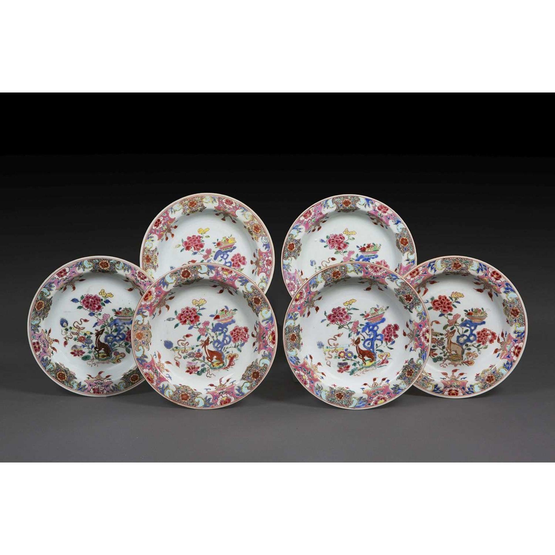 SUITE DE SIX ASSIETTES CREUSES en porcelaine et émaux polychromes de la famille rose, ornées en leur