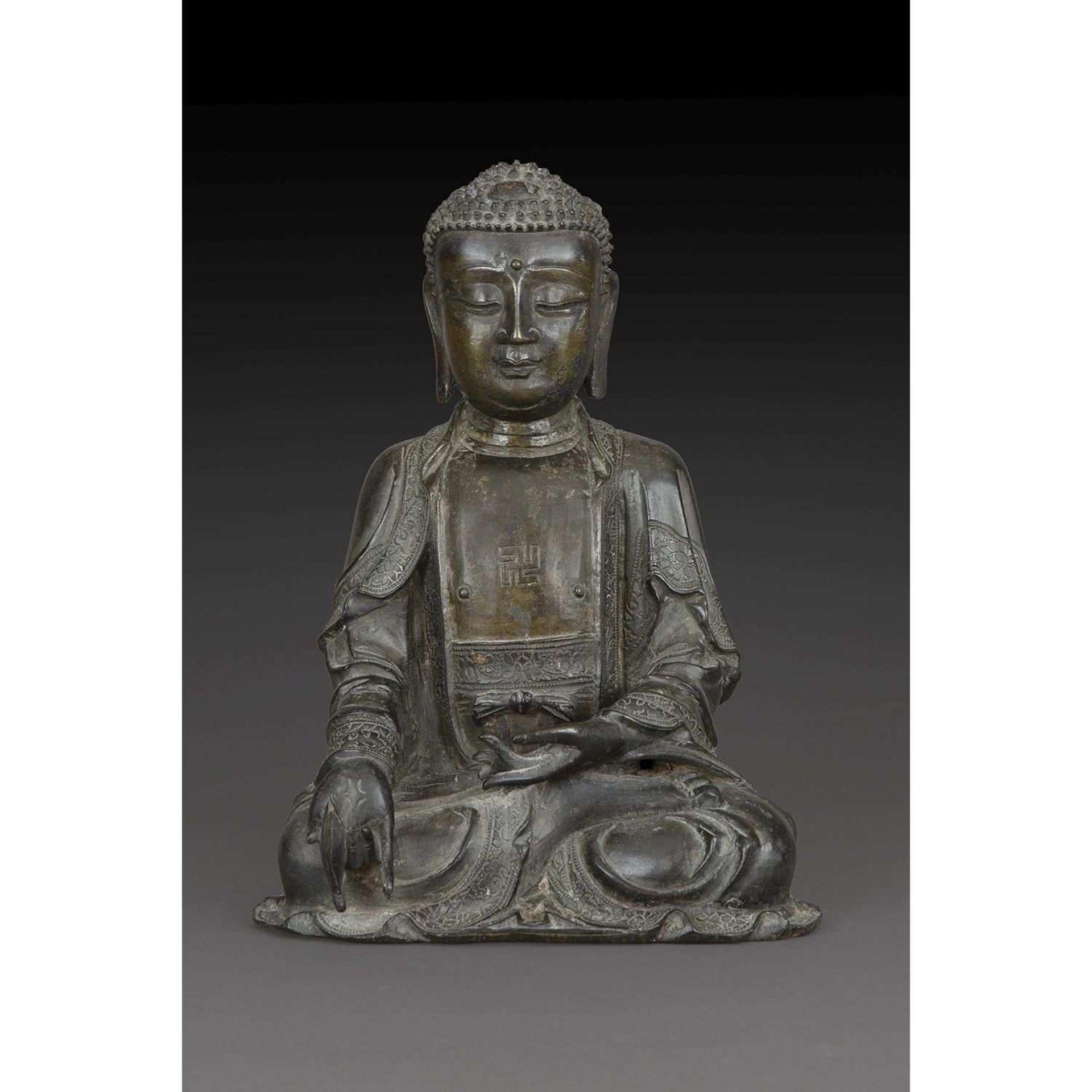 GRANDE STATUETTE DU BOUDDHA SHAKYAMUNI en bronze, représenté assis en dhyanasana, les mains en