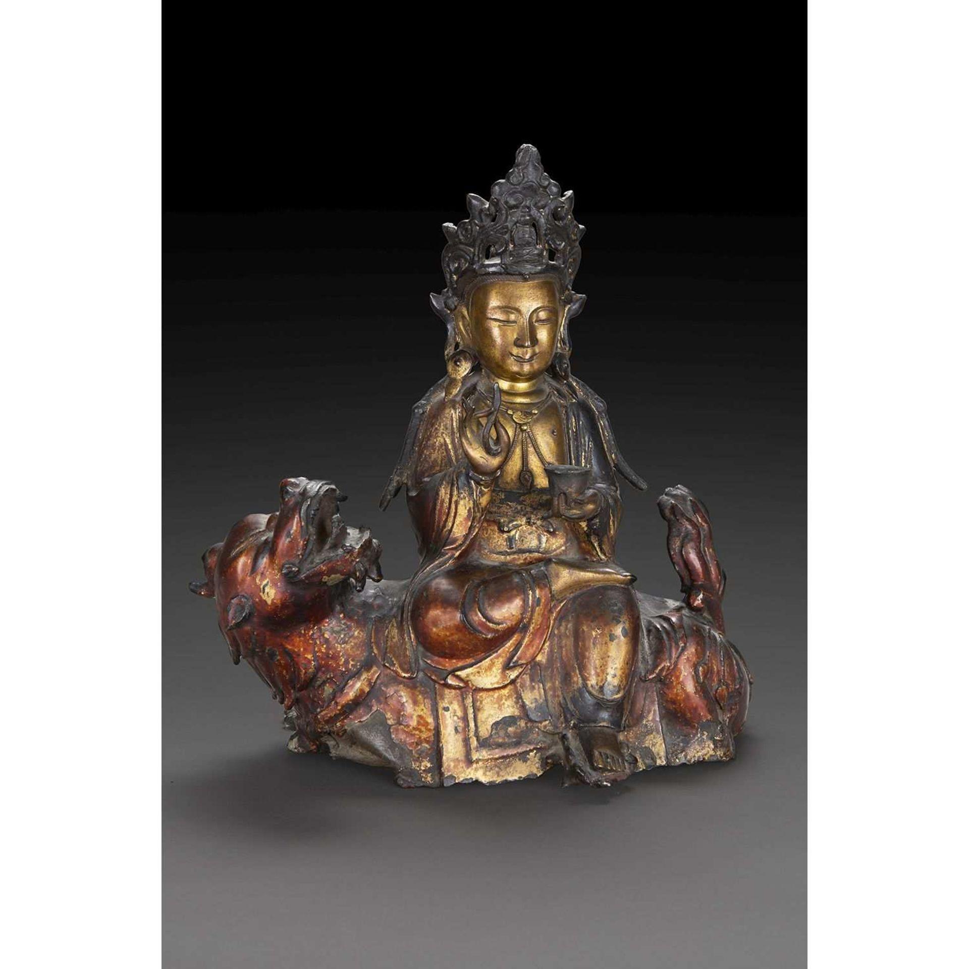 BELLE STATUE DE GUANYIN-AVALOKITESHVARA CHEVAUCHANT LE QILIN en bronze laqué et doré, le bodhisattva