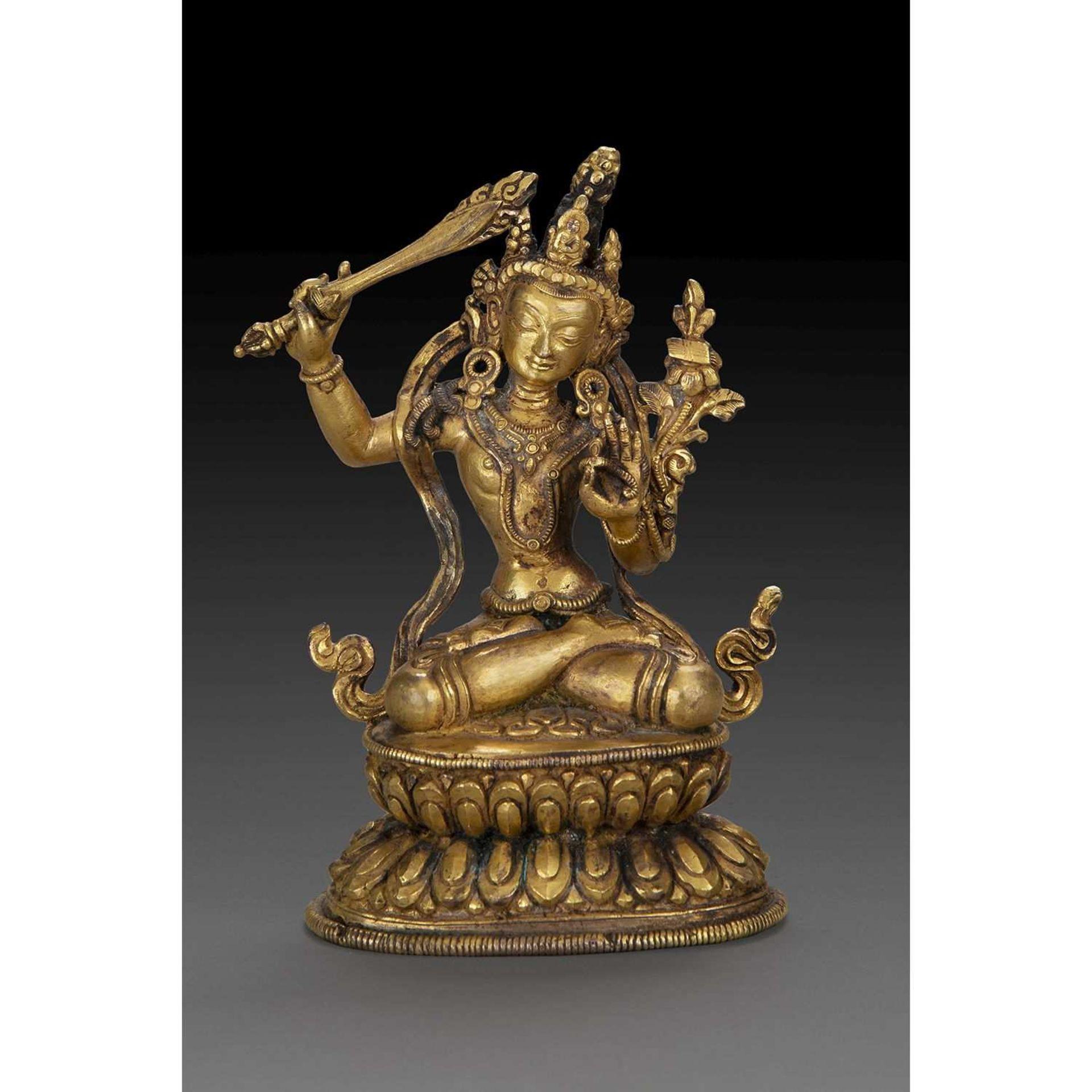 STATUETTE DE MANJUSRI en bronze doré, représentée assise sur le double lotus, brandissant le glaive,