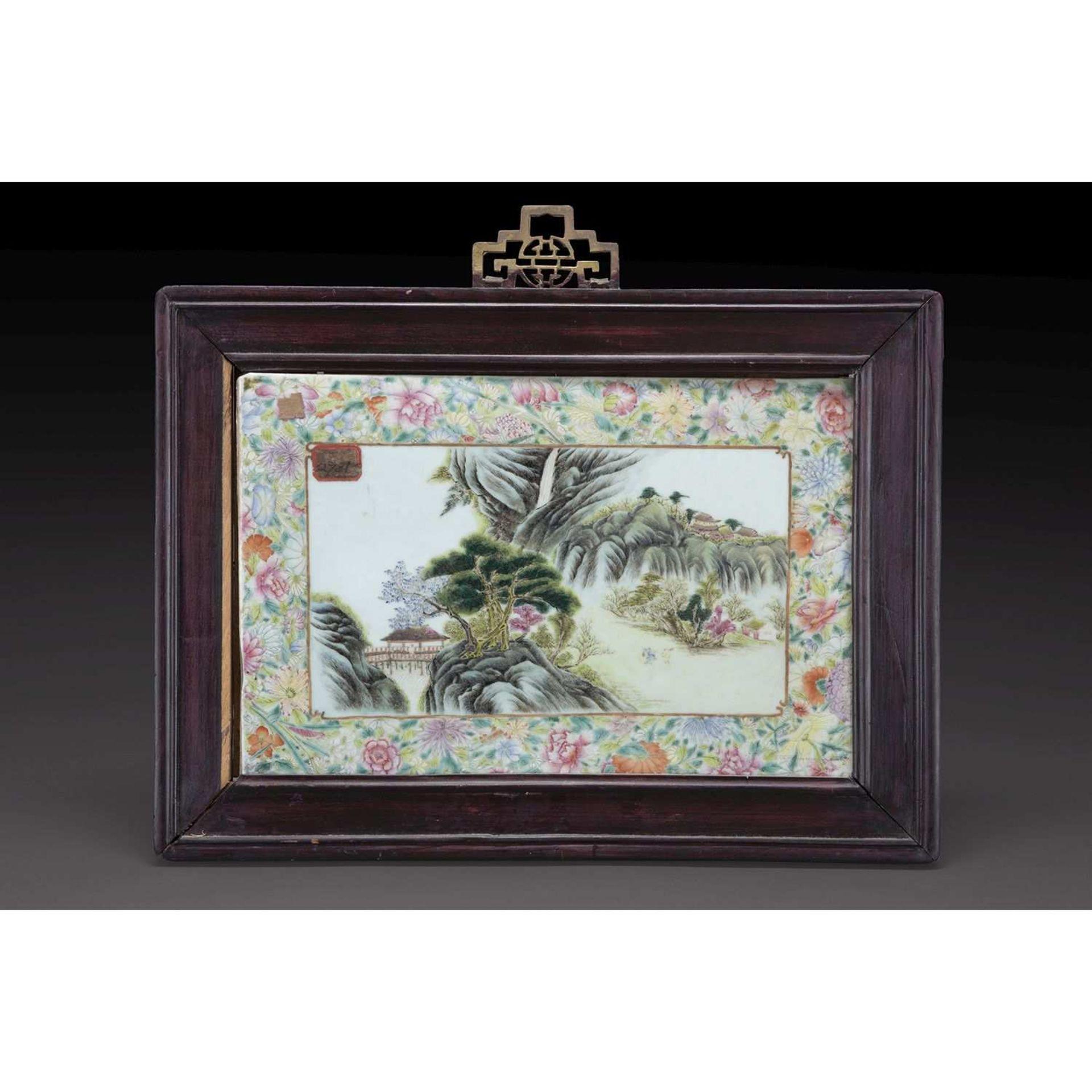 PLAQUE en porcelaine et émaux polychromes dans le style de la famille rose, à décor d'un paysage