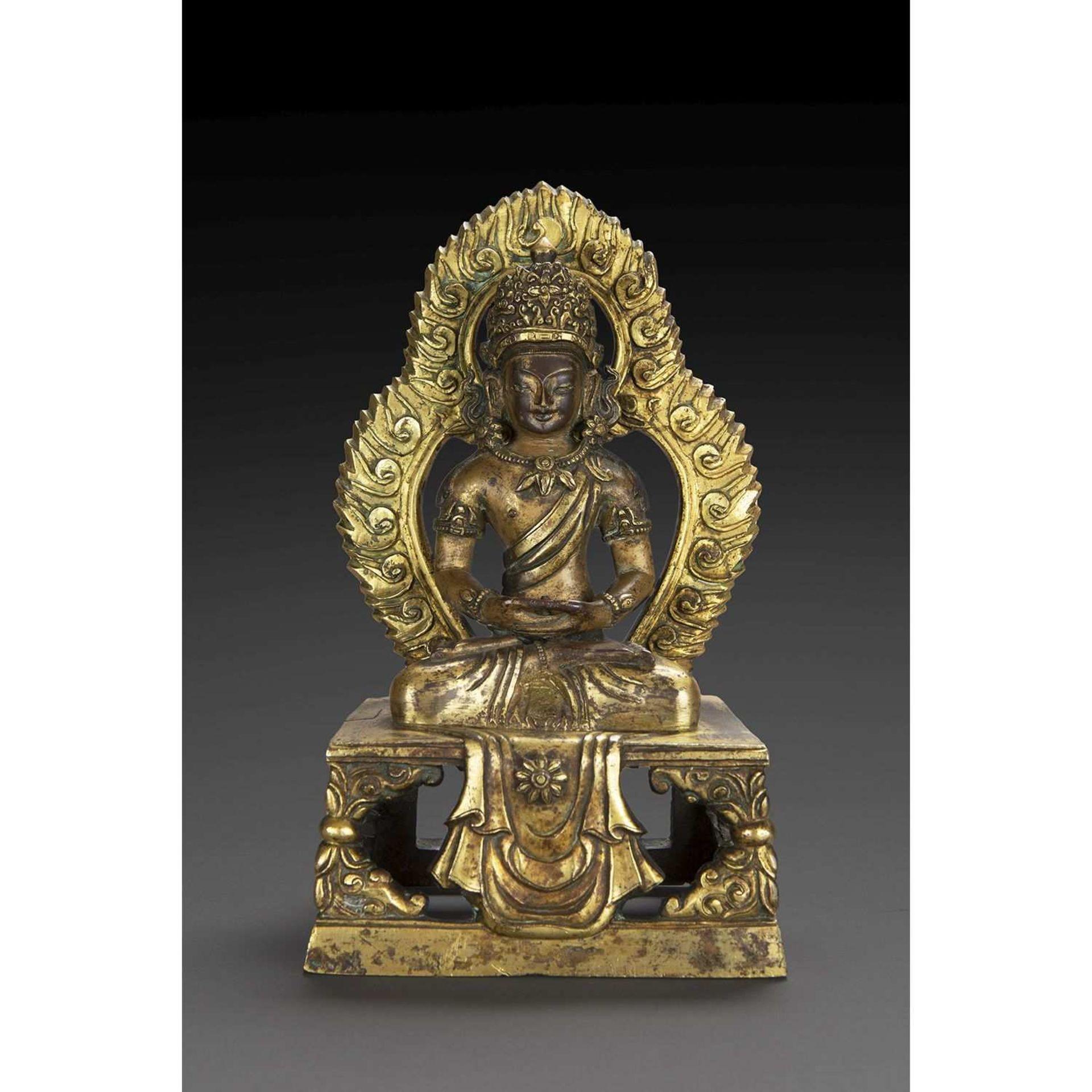 STATUETTE D'AMITAYUS en bronze doré, représenté assis en dhyanasana sur une base quadrangulaire