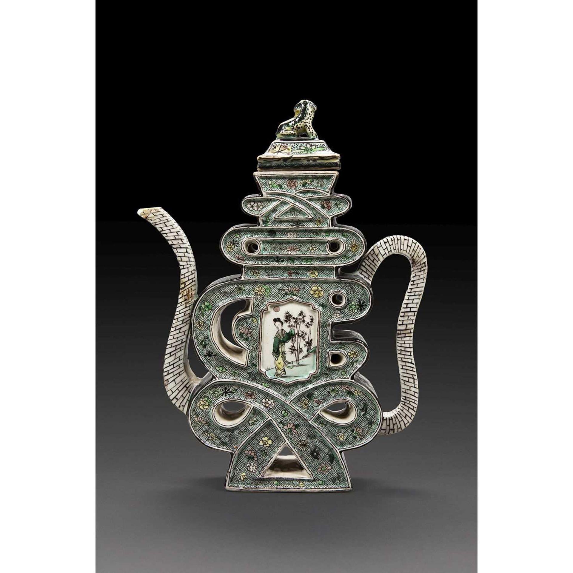 VERSEUSE COUVERTE en porcelaine et émaux polychromes dans le style de la famille verte, en forme