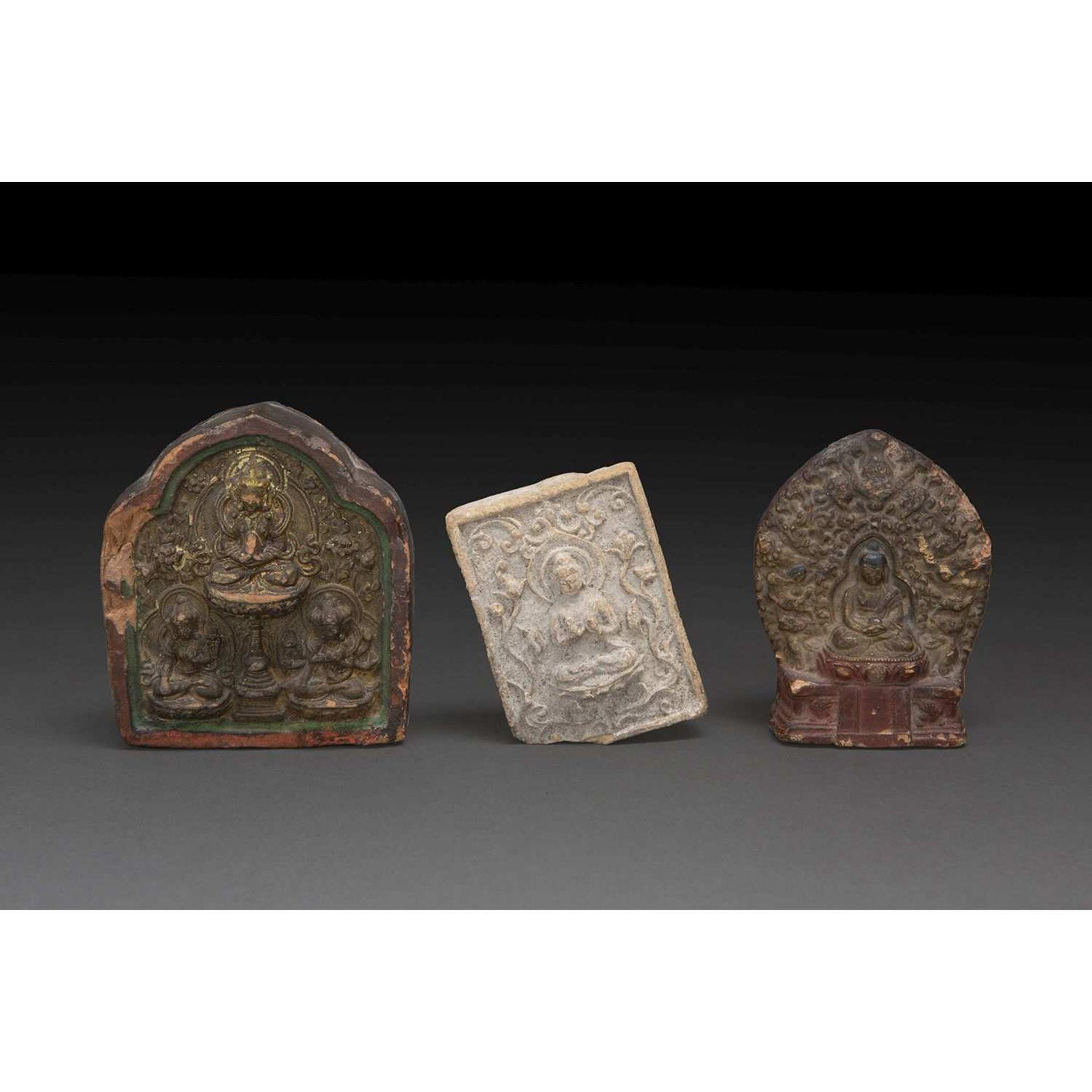 LOT DE TROIS TSA-TSA en terre cuite, deux en forme de stèle, rehaussés de polychromie,
