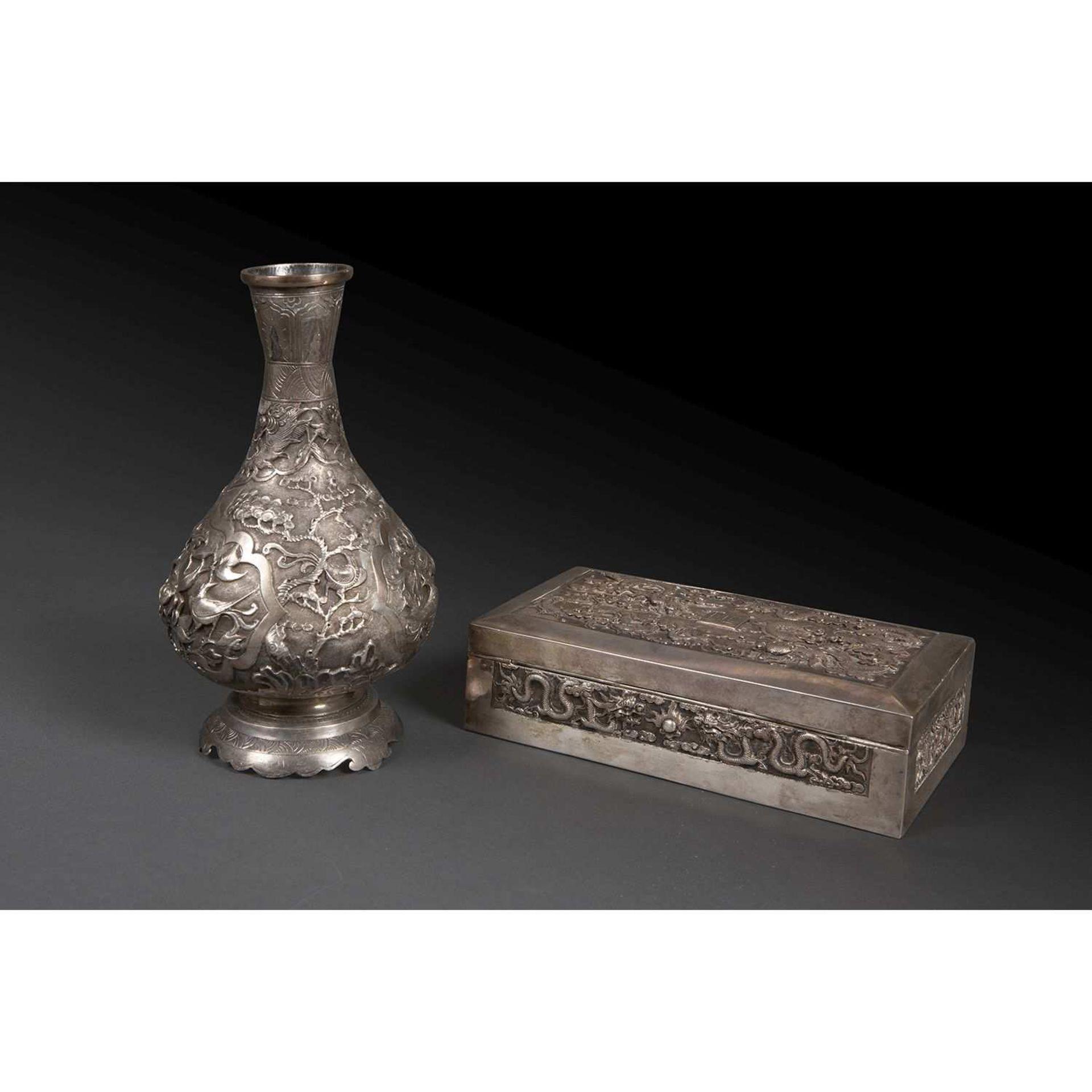 SUITE DE DEUX OBJETS comprenant un vase en métal argenté de forme balustre monté sur une base