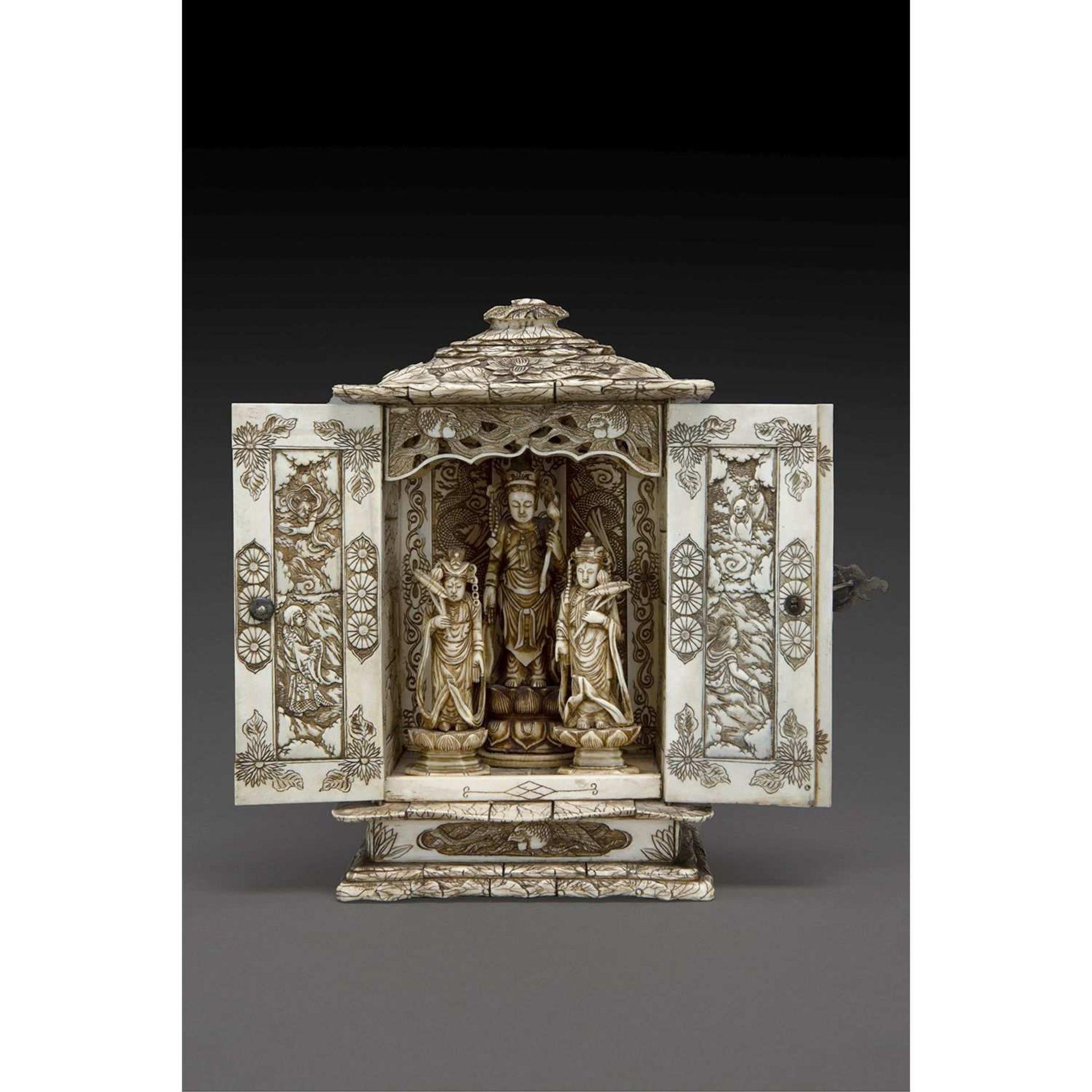 ~ CHAPELLE BUTSUDAN en ivoire, de forme droite, le toit à pans, à décor sculpté en léger relief de