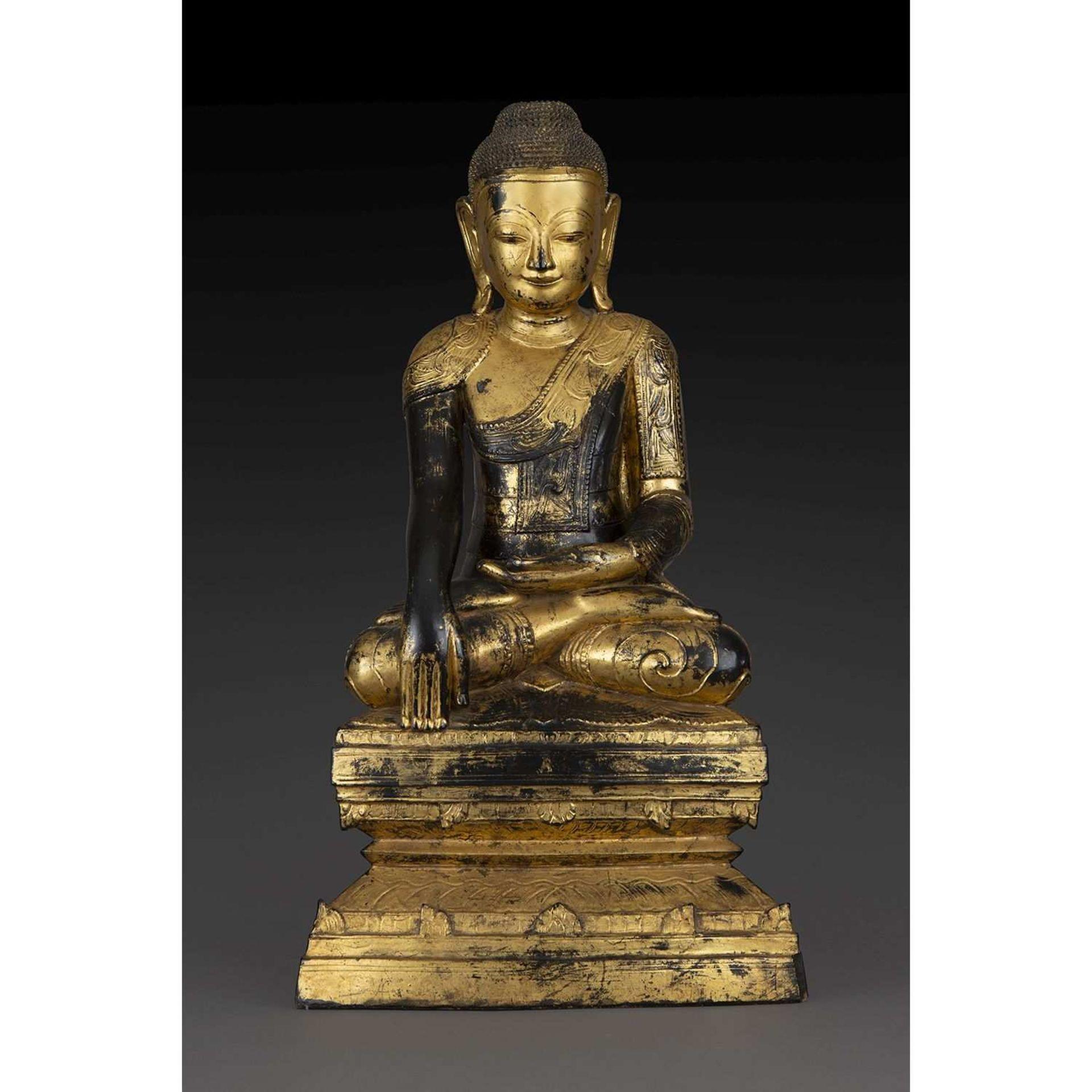 GRANDE STATUE DE BOUDDHA SHAKYAMUNI en bois sculpté, laqué et doré, représenté en virasana, les