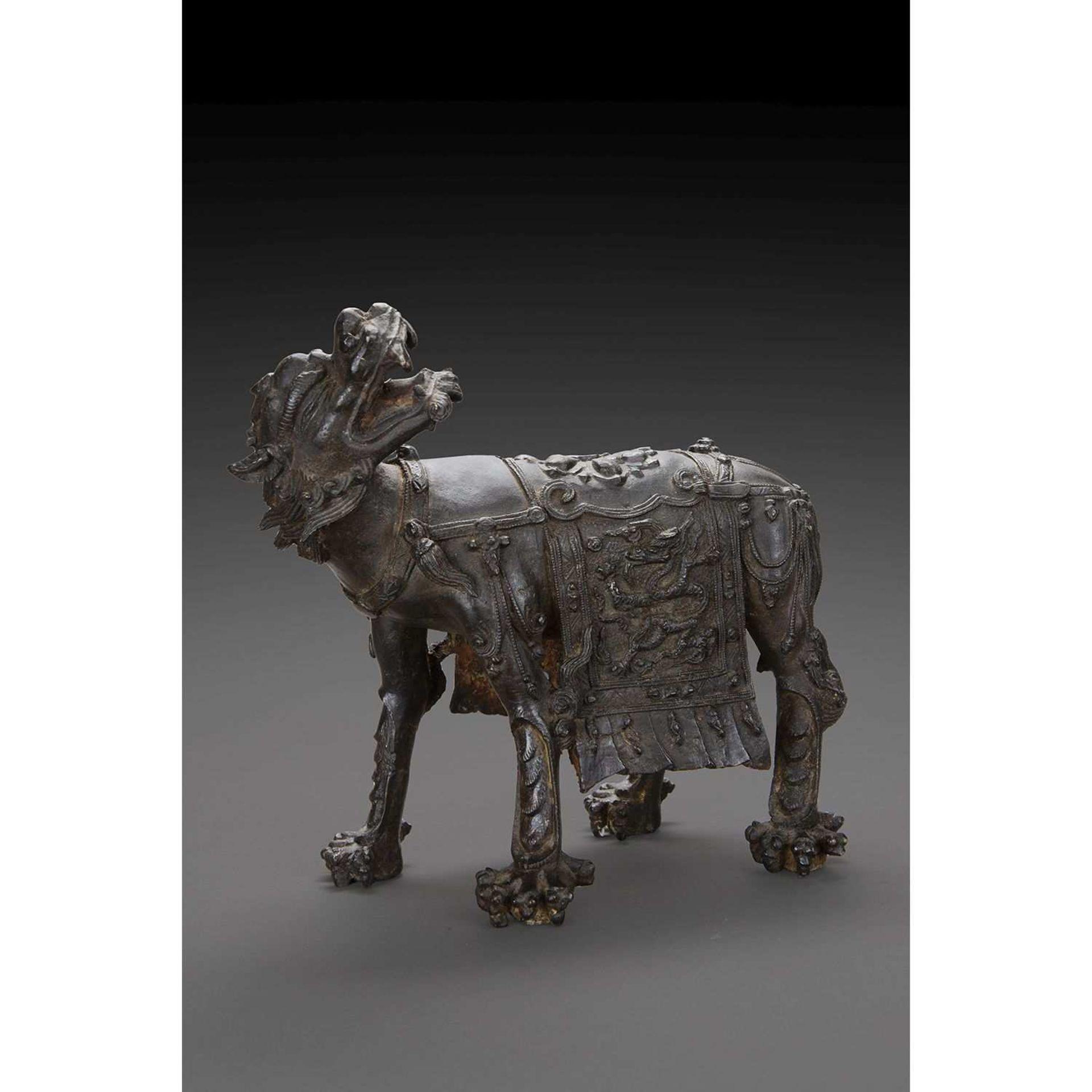 HOU, MONTURE DE GUANYIN en bronze de patine brune, l'animal céleste figuré debout sur ses pattes