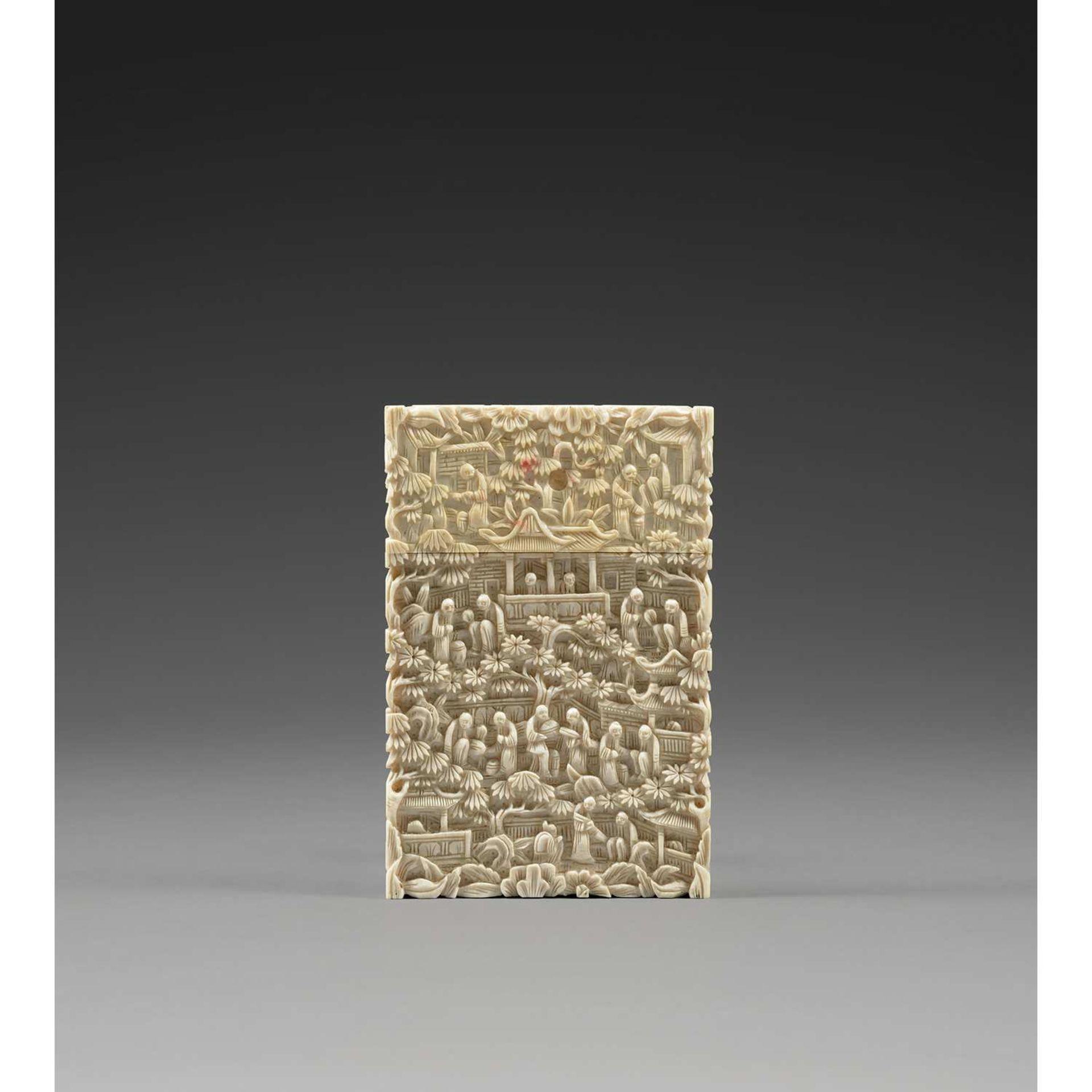 ~ GRAND PORTE-CARTES en ivoire, à décor tapissant sculpté en léger relief d'un paysage construit