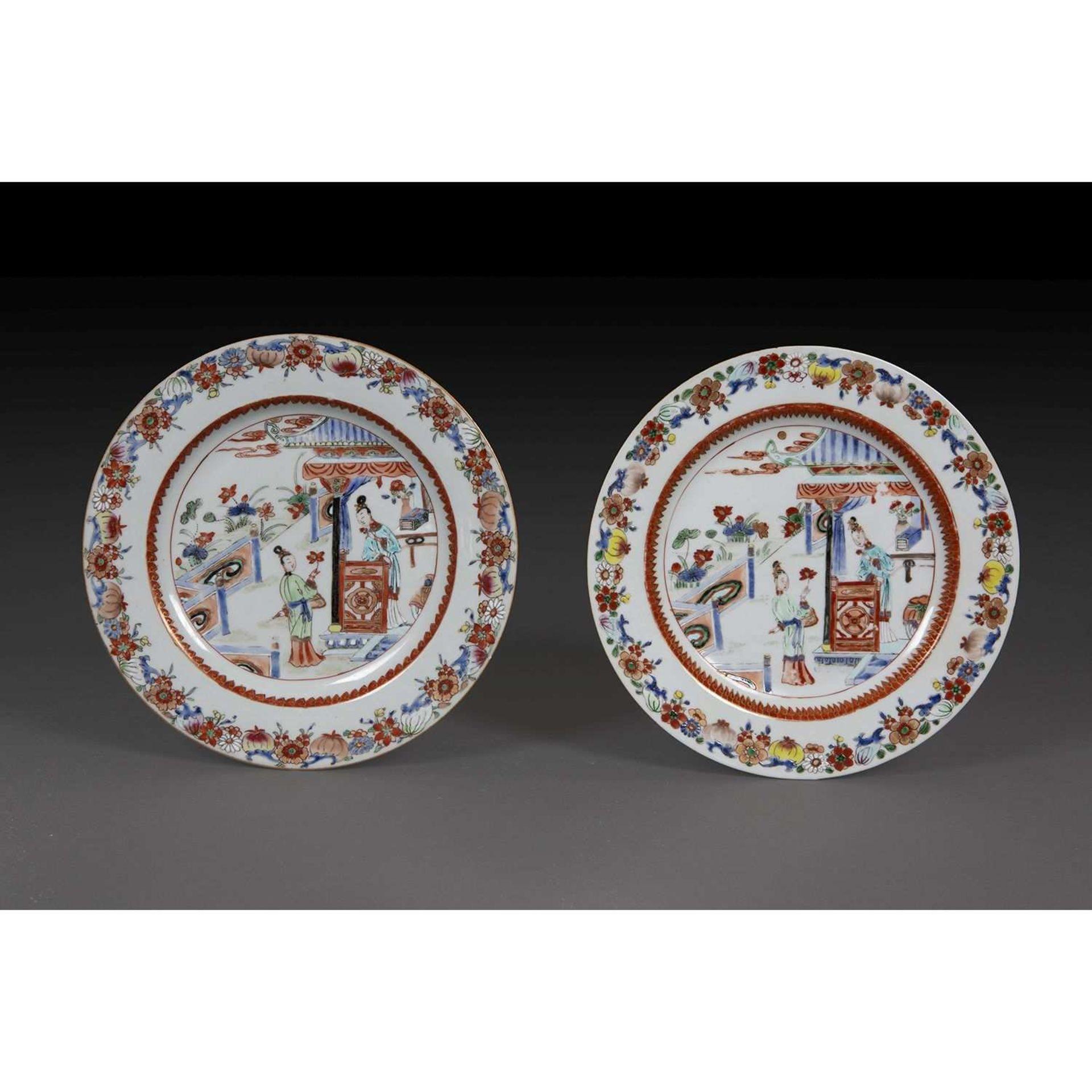 PAIRE D'ASSIETTES en porcelaine, émaux polychromes de la famille rose et rehauts de dorure, décorées
