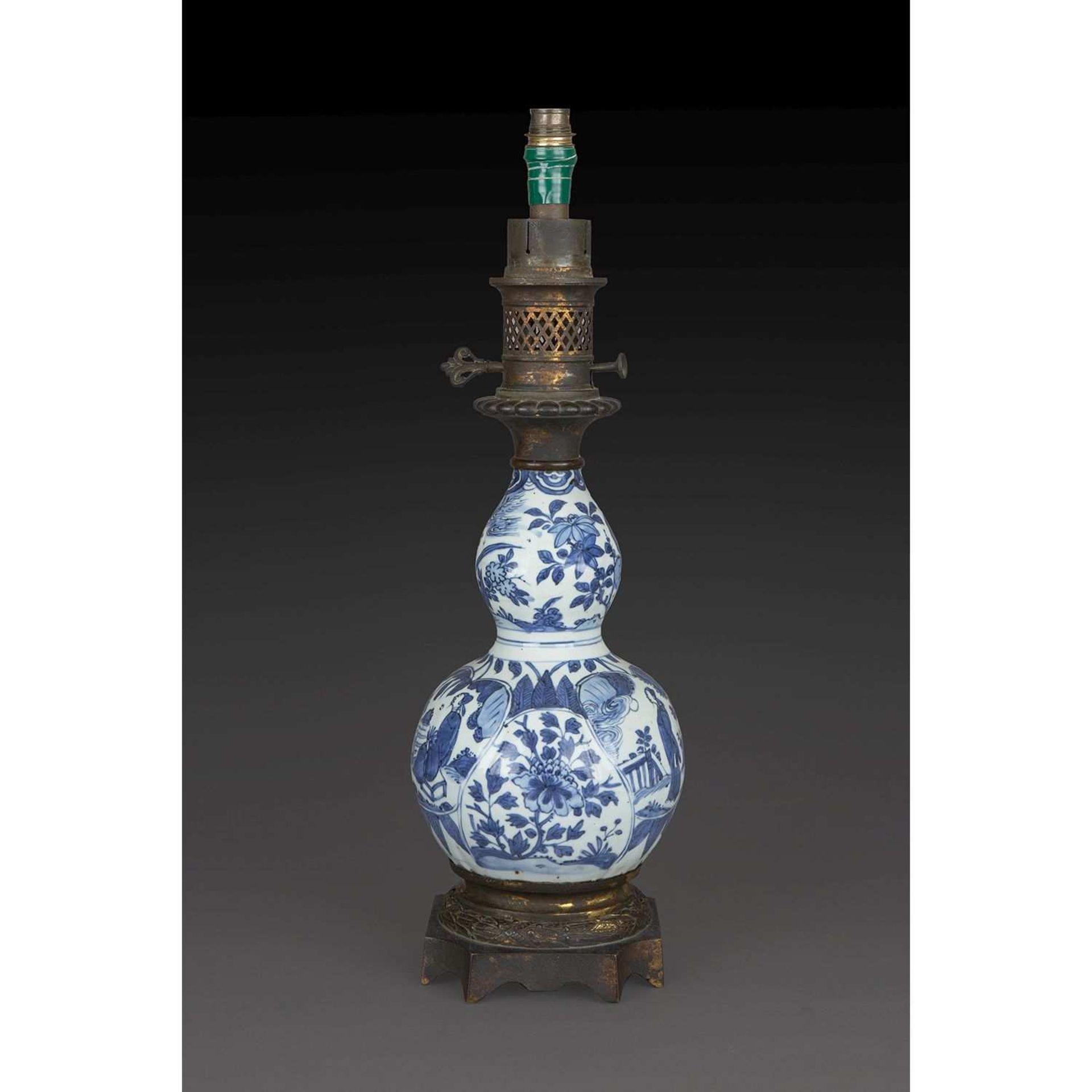 VASE DE FORME DOUBLE GOURDE en porcelaine et bleu de cobalt sous couverte, la panse renflée ornée de