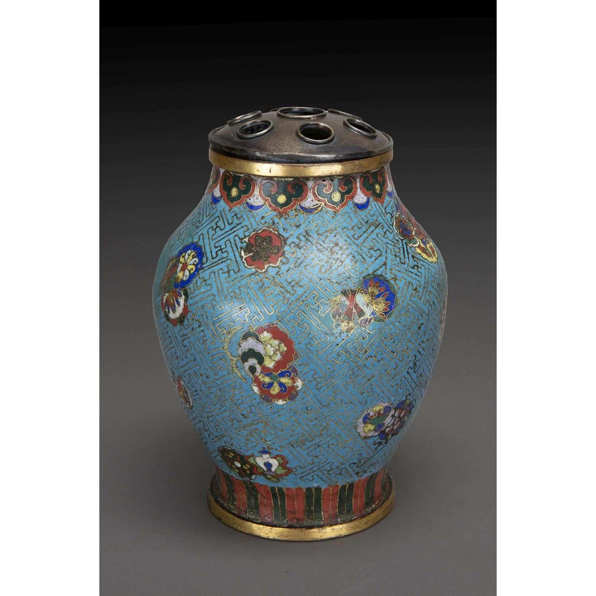 VASE DE FORME BALUSTRE en bronze et émaux cloisonnés, à décor en polychromie sur fond bleu, d'objets