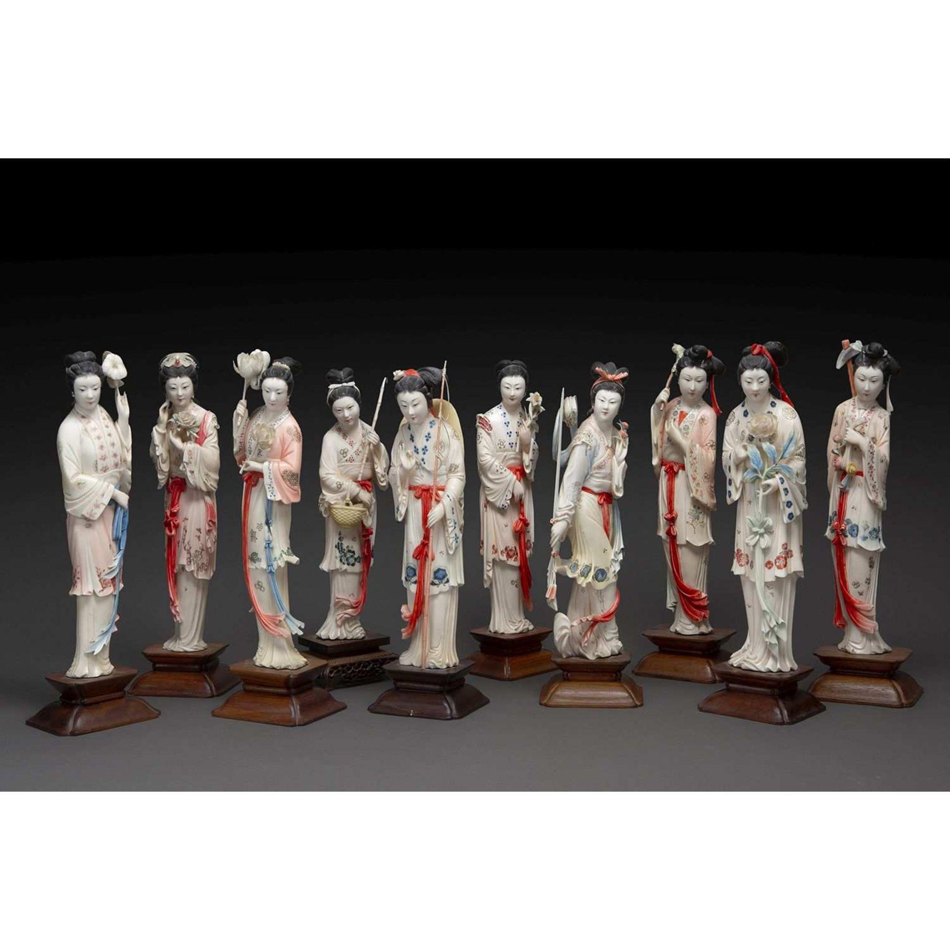 ~ SUITE DE DIX STATUETTES DE BEAUTÉS CHINOISES en ivoire rehaussé de polychromie, représentées