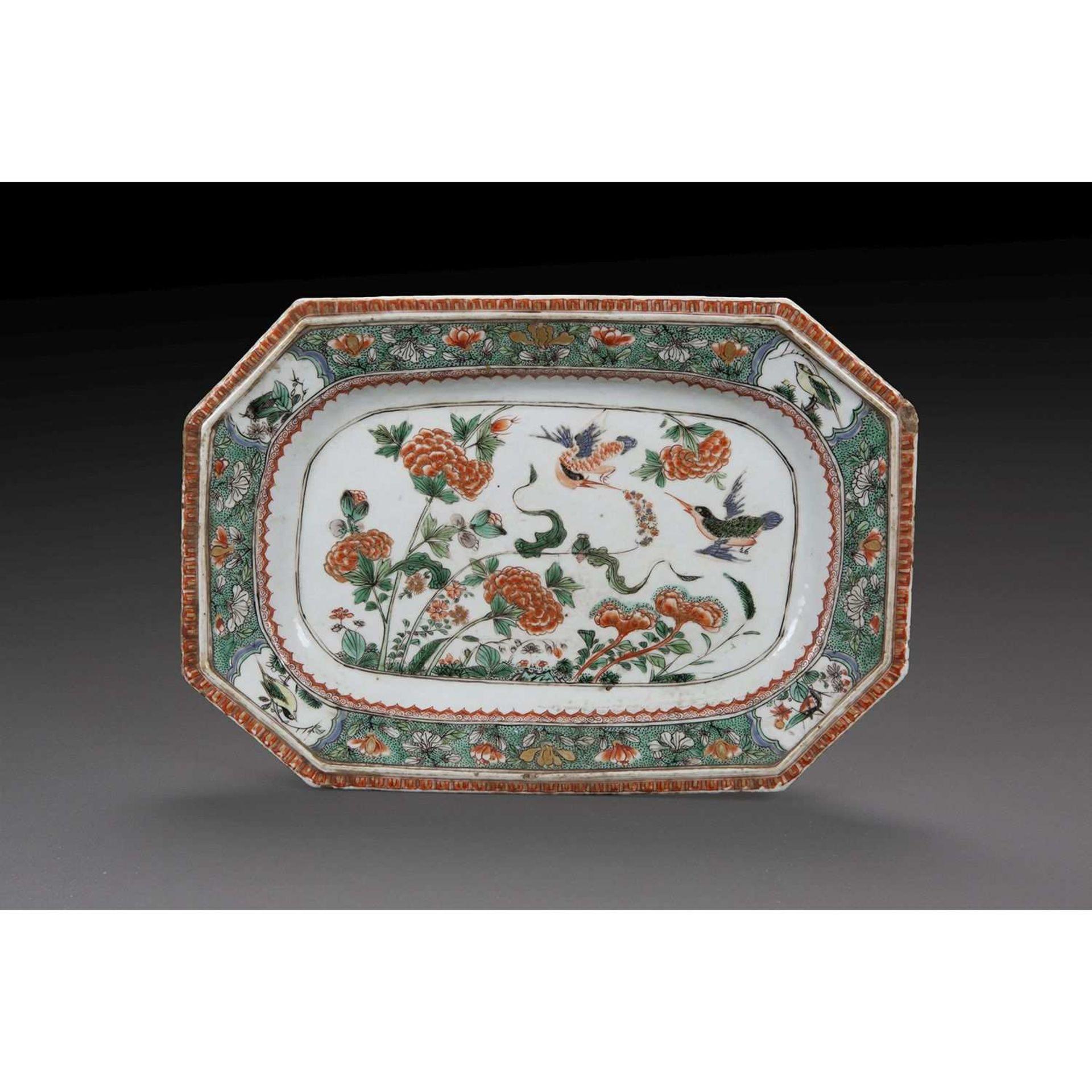 PLAT RECTANGULAIRE OCTOGONAL en porcelaine et émaux polychromes de la famille verte à décor d'