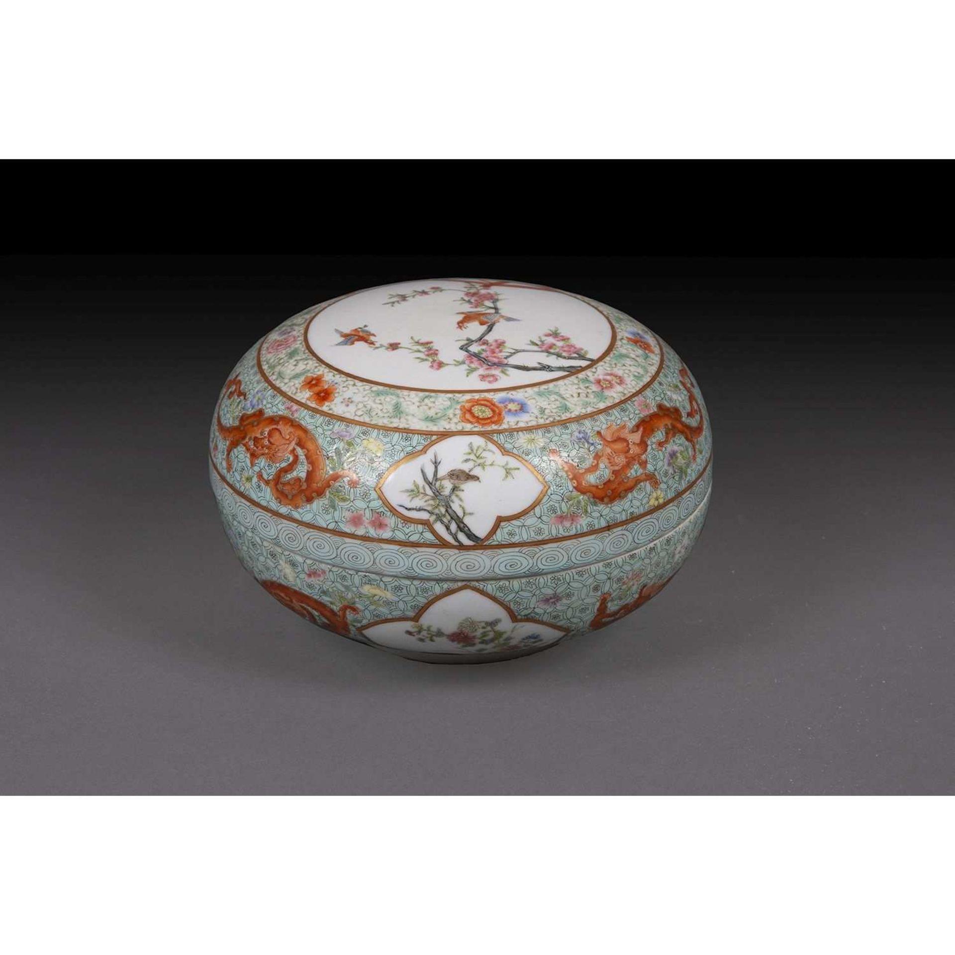 BOÎTE RONDE COUVERTE en porcelaine et émaux polychromes dans le style de la famille rose et