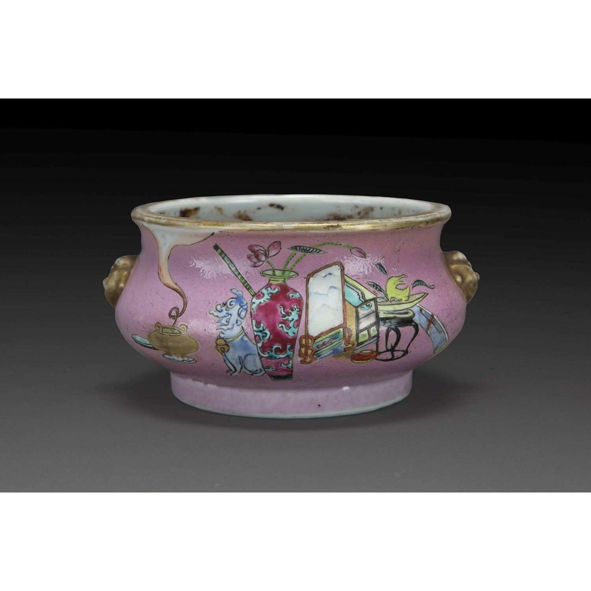 BRÛLE-PARFUM BOMBÉ en porcelaine, émaux polychromes de la famille rose et rehauts de dorure, la