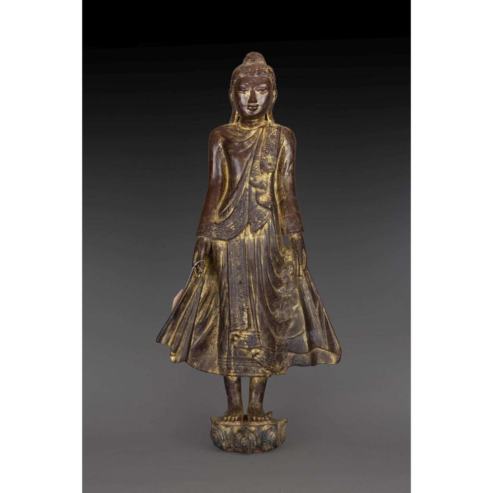 STATUE DE BOUDDHA en bois laqué et doré rehaussé d'applications de verroterie, représenté debout sur