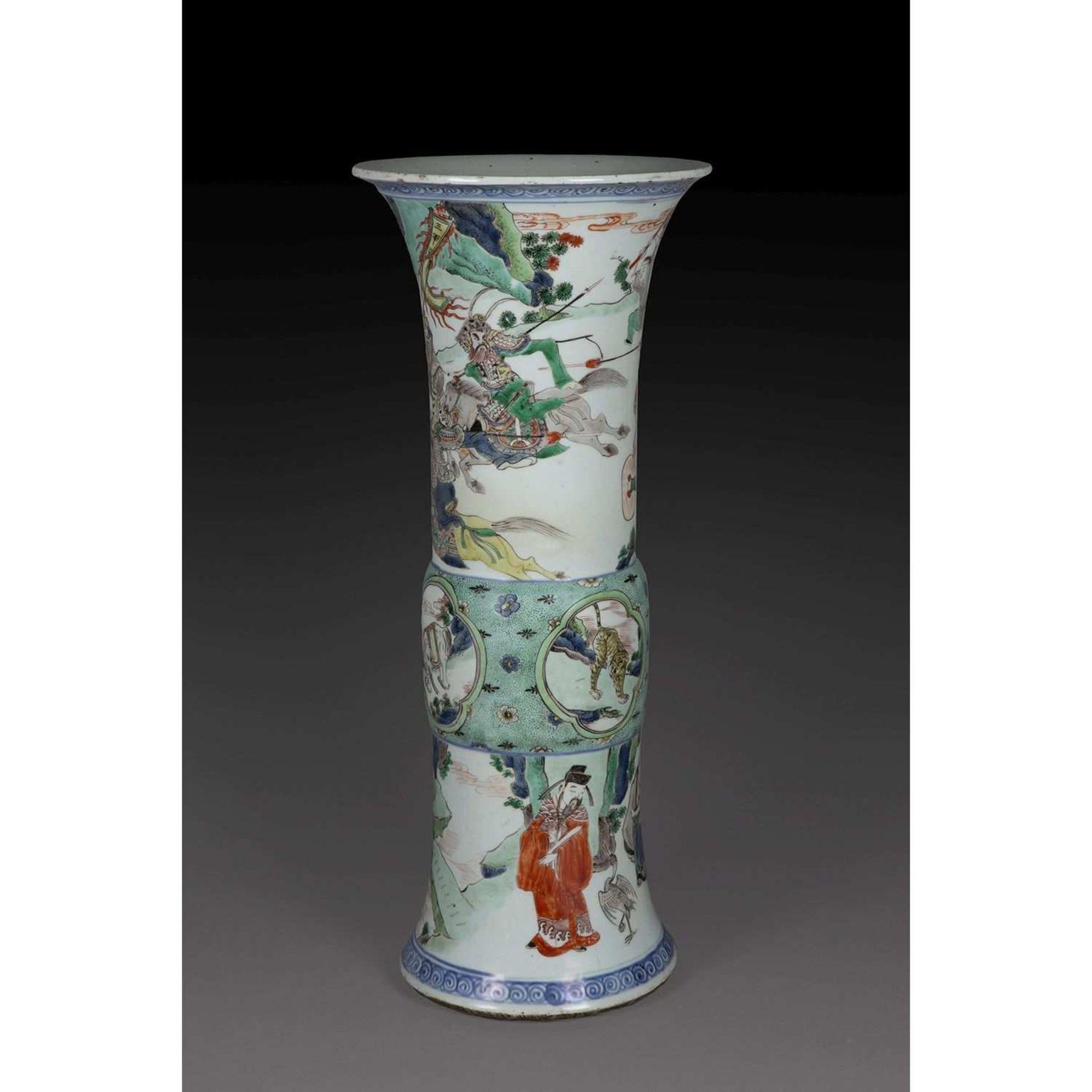 GRAND VASE GU en porcelaine et émaux polychromes de la famille verte, à base élargie décorée de