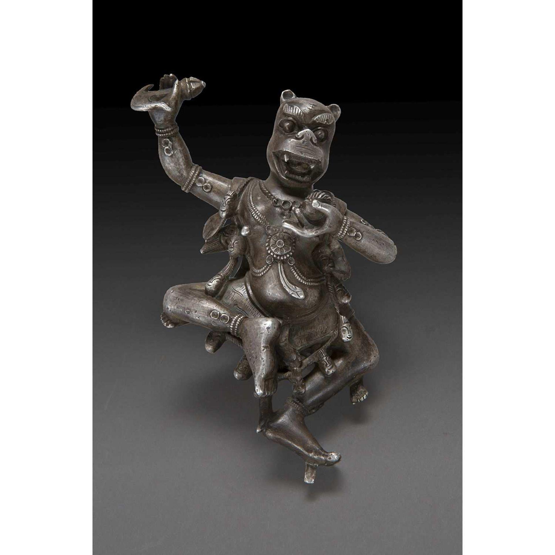 STATUETTE D'AVATAR DE SAMATABHADRA en argent, représenté dansant, avec une tête de tigre, le corps