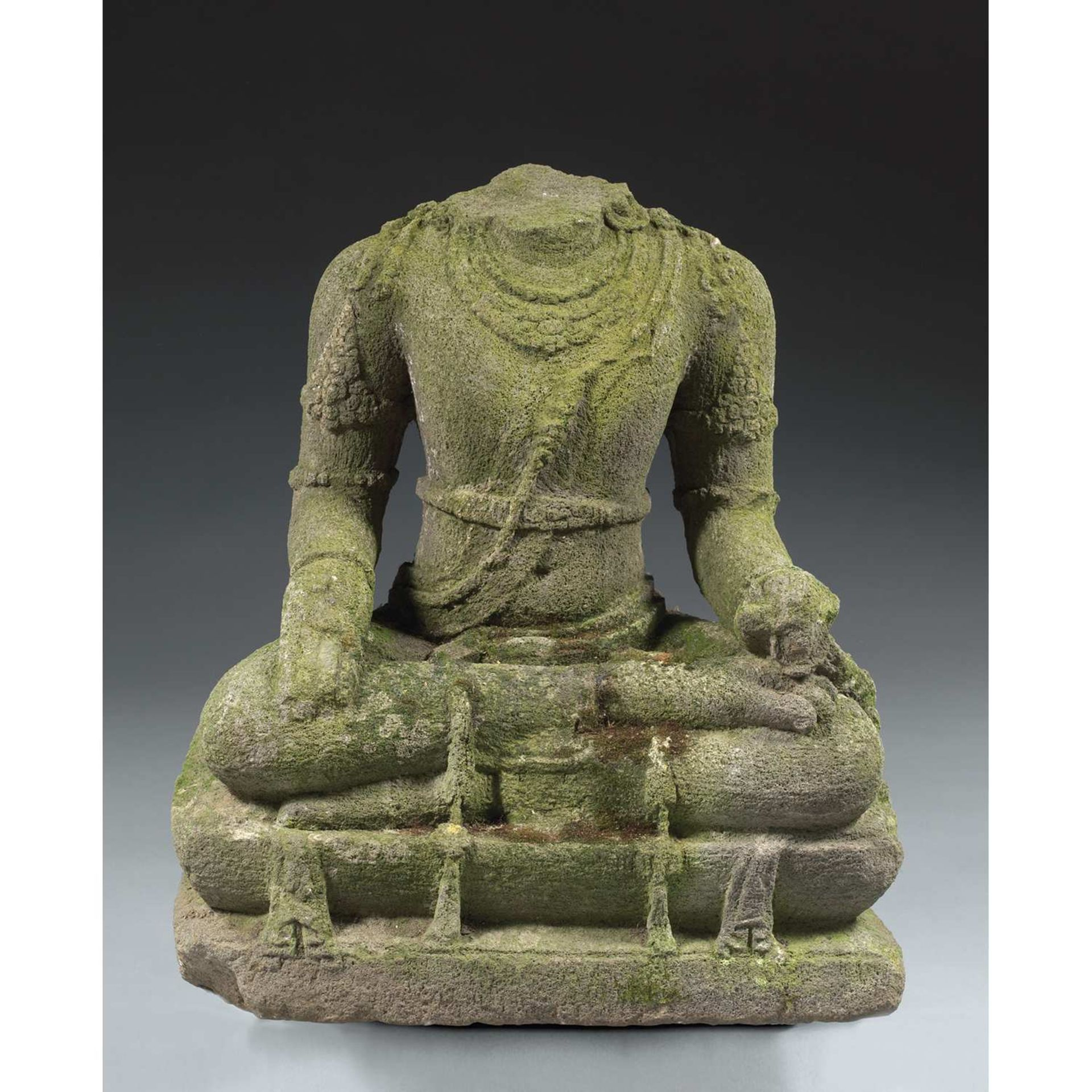 GRANDE STATUE DE BODHISATTVA en pierre volcanique, représenté assis en dhyanasana sur une terrasse à